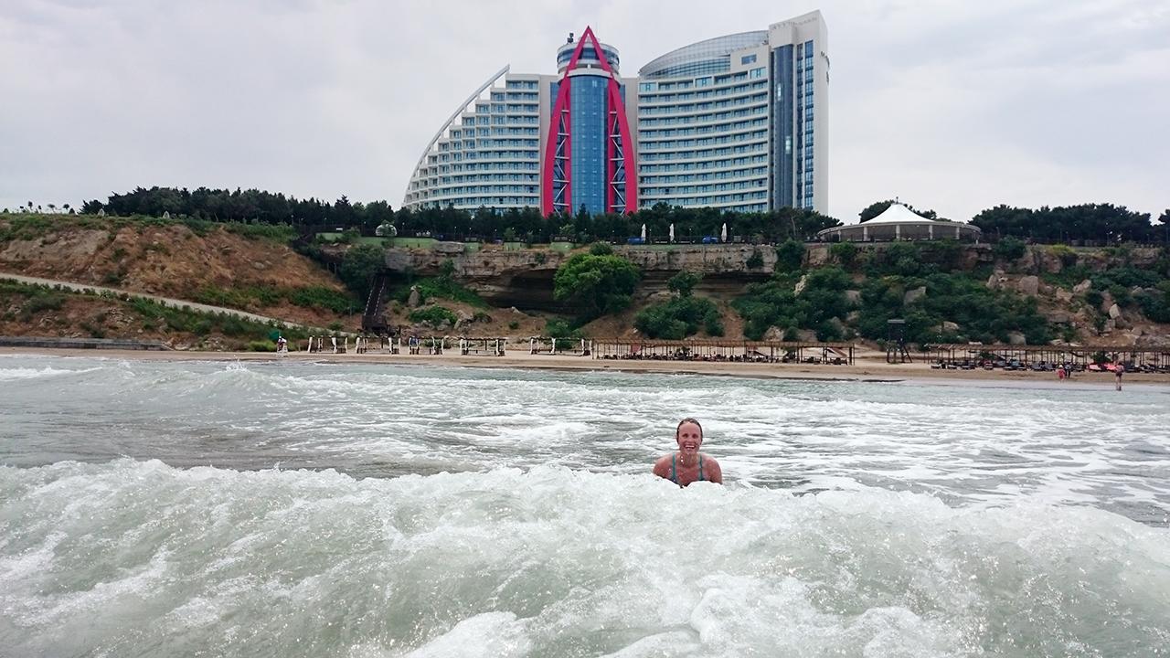 Stranden er langrunn og vannet litt salt. Helt perfekt!
