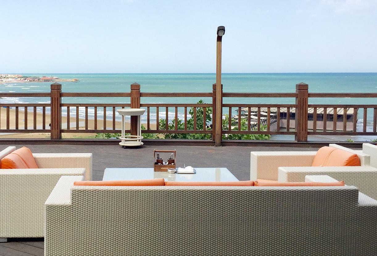 """Fra Jumeriahs Bilgah hotels terrassebar har vi panorameutsikt over """"havet""""."""