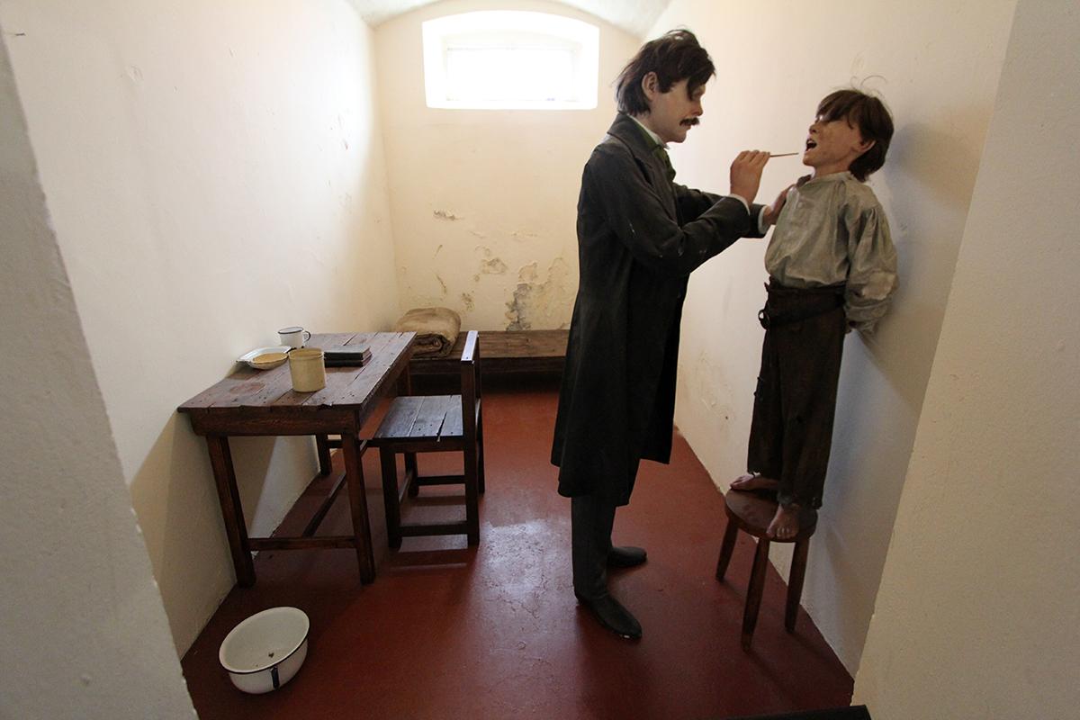 Det holdt å stjele et brød for å kvalifisere til opphold i fengelset i gamle dager. Her en barenfange som blir inspisert av fengselslegen.