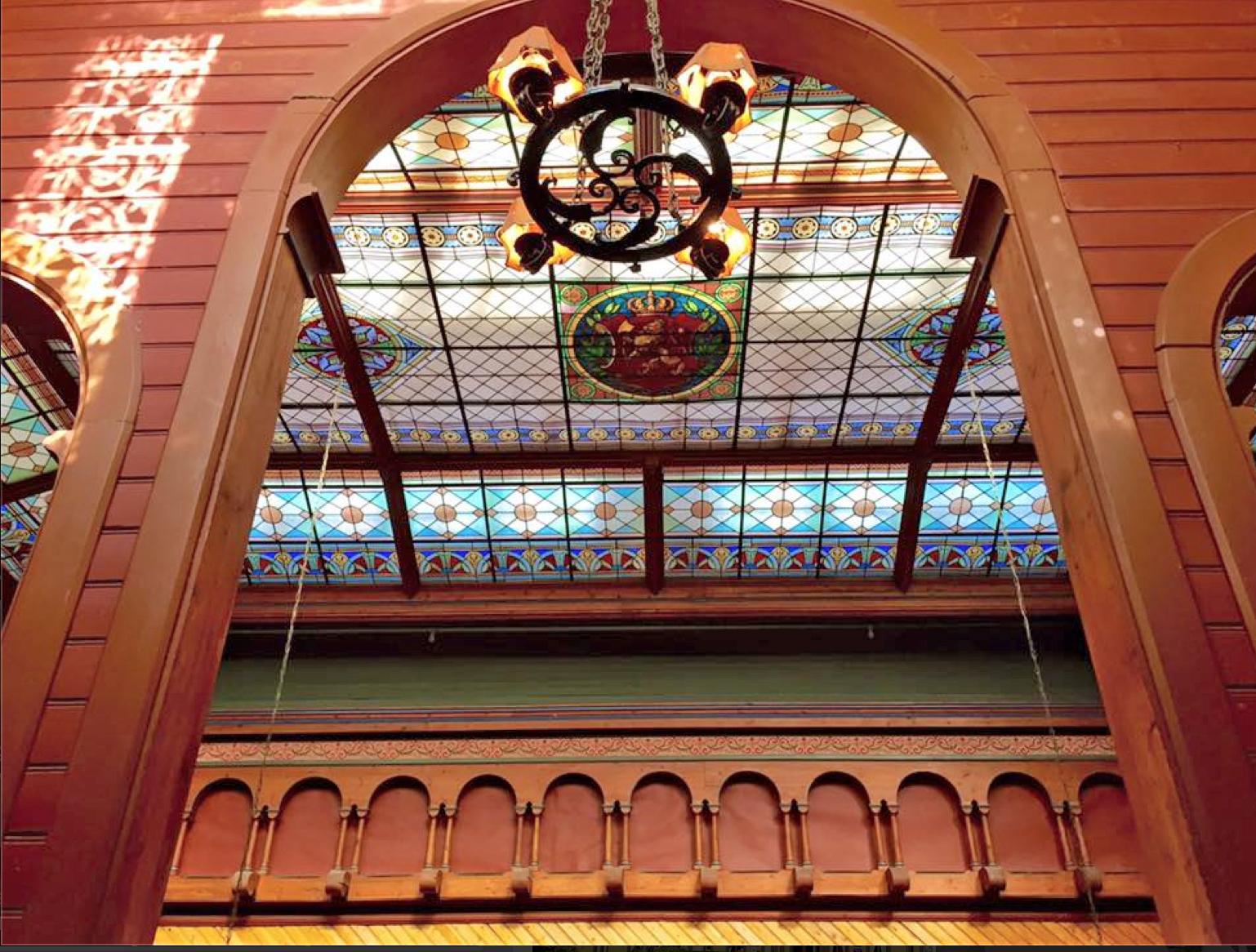 Glassmaleriene i taket på hotellet.