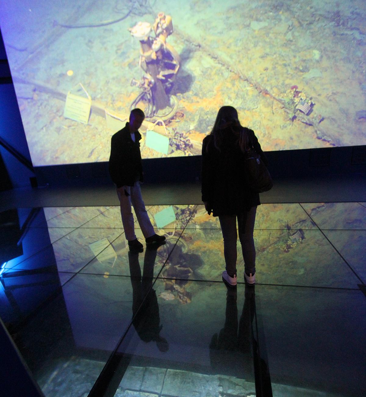 Det er ganske spooky å gå på et glassgulv og se rett ned på utforskingen av «Titanic-vraket» på film.