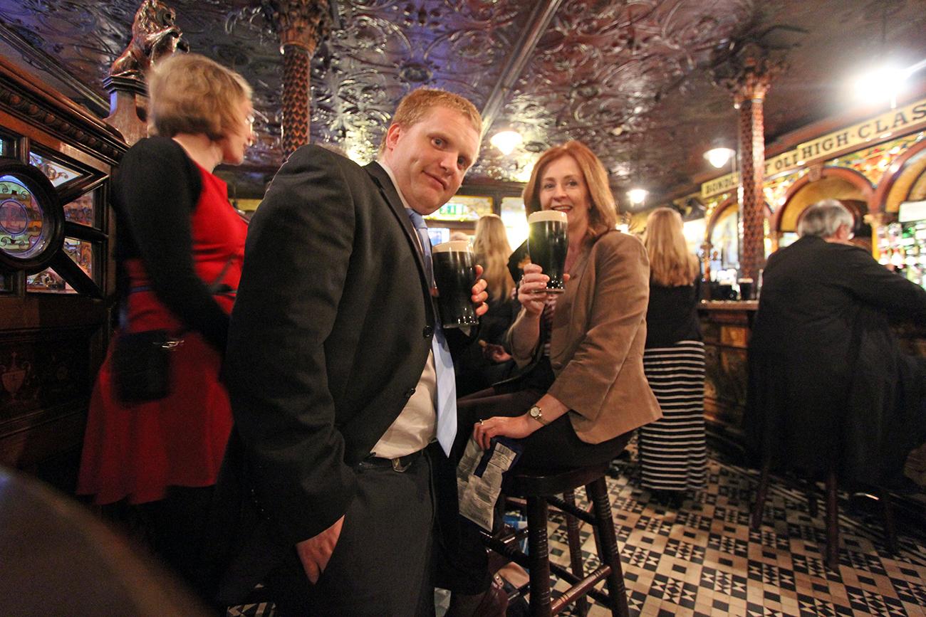 Ruairi Lehmann (foran) i Tourism Ireland ble populær da han inviterte til pubcall i Belfast.