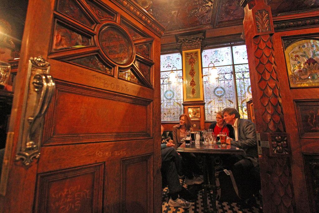 Lun og ledig stemning på en mandag på The Crown pub.