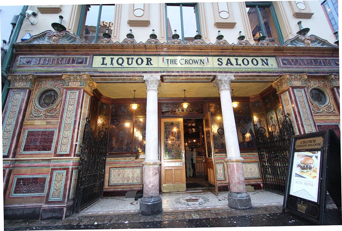 Inngangspartiet på vakre Crown liquor pub.