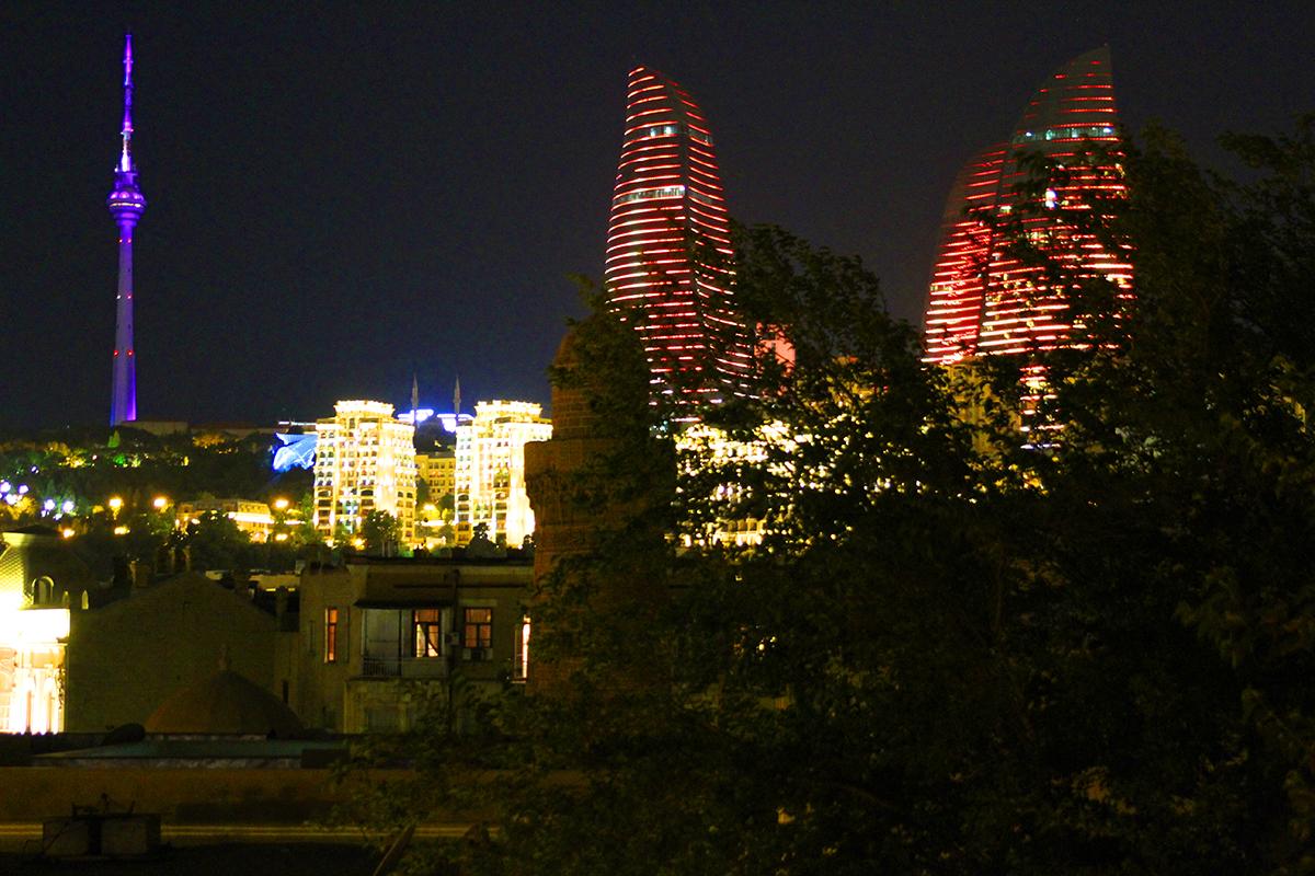 Flammetårene alternerer mellom lysende flammemotiver og de aserbajdsjanske flaggfargene.