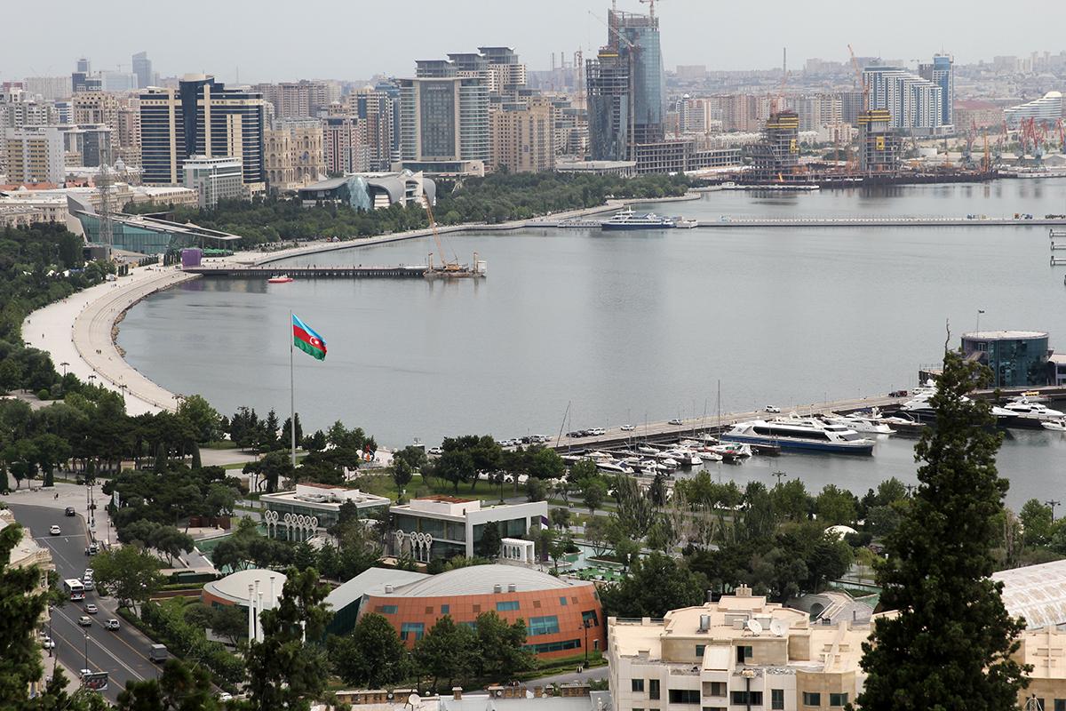 Utsikt over strandpromanaden og Baku Boulevard.