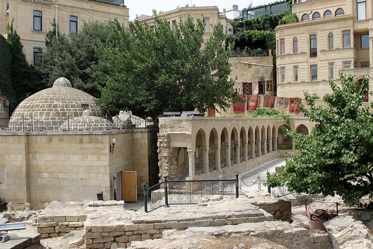 Ruiner utenfor Jomfrutårnet midt i gamlebyen.