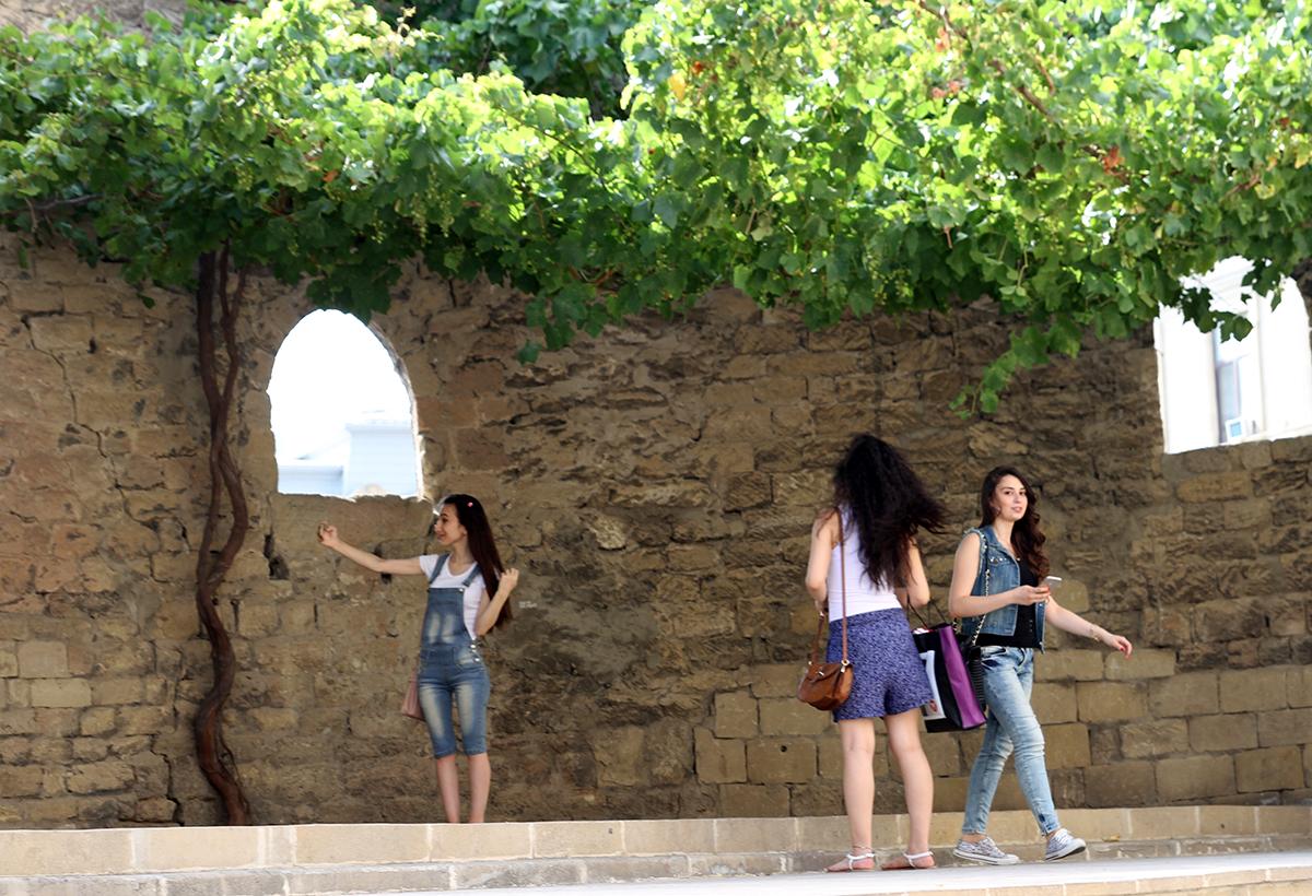 Selfie-jenter poserer i gamle ruiner midt i byen.