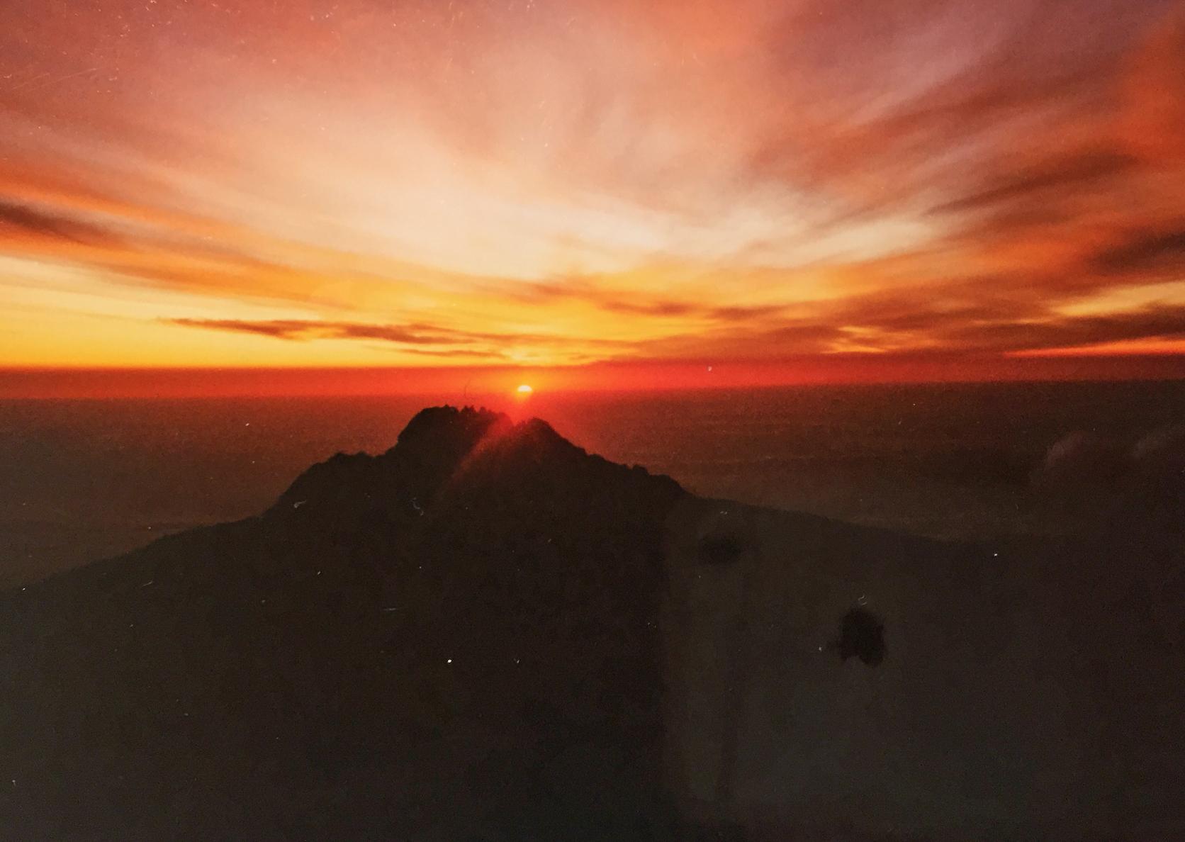 Solen stiger opp bak Mawenzi 5149 moh. Dette bildet tok jeg fra Kilimanjaro (Gilmans Point (5697 moh) før vi fortsatte til toppen, Uhuru Peak, 5897 moh. Foto: Linn Krogh Hansen.