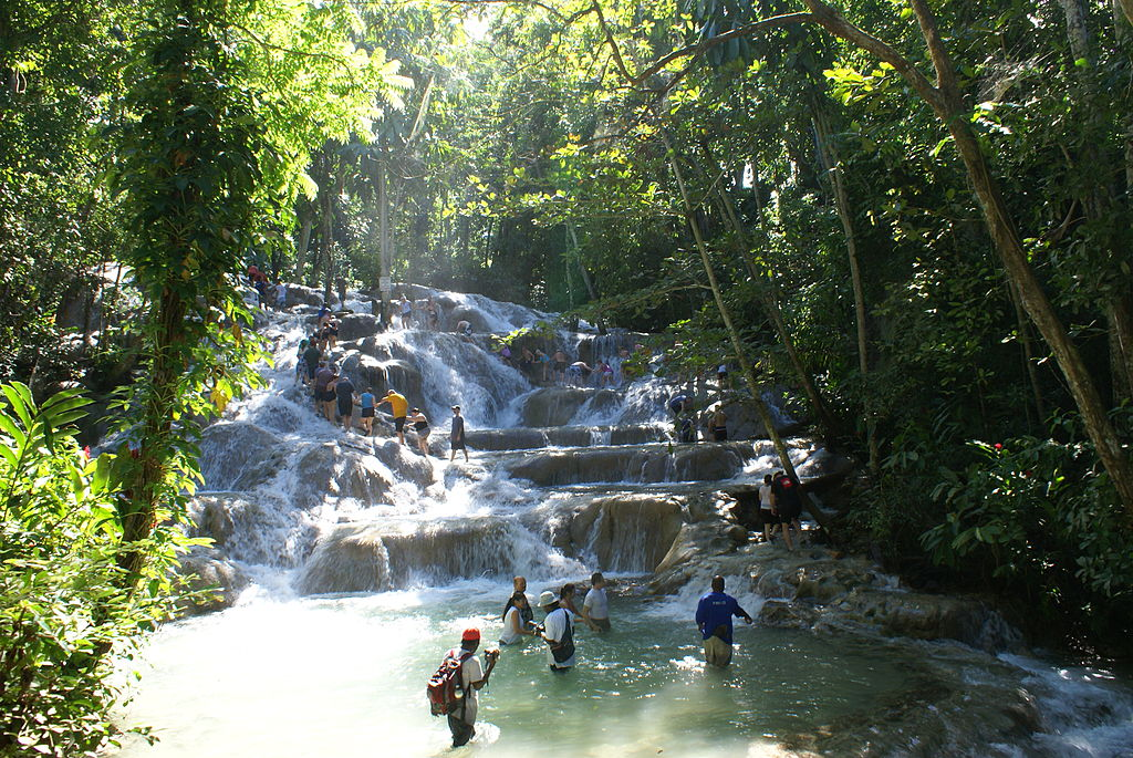 Jamacia har magnge vakre fossefall. Dunn´s river falls i Ocho Rios er en av dem. Foto: Wikipedia.