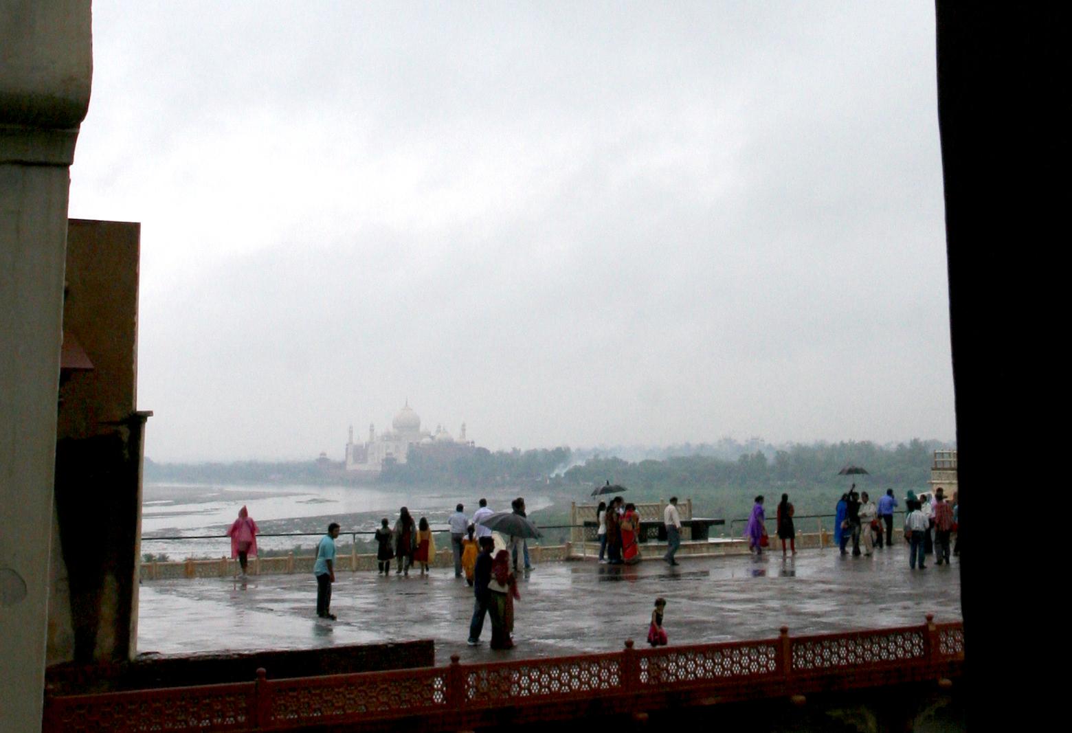 Taj Mahal sees 2, 5 kilometer i bakgrunnen fra terassen på Agra Fort.