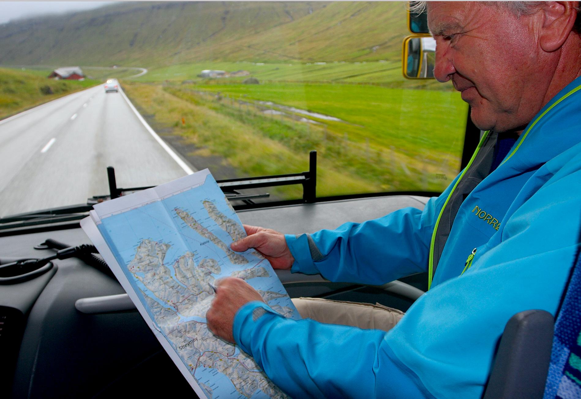 NRK-profil og færøyspesialist Dag Lindebjerg holder oss oppdatert på kartet underveis.