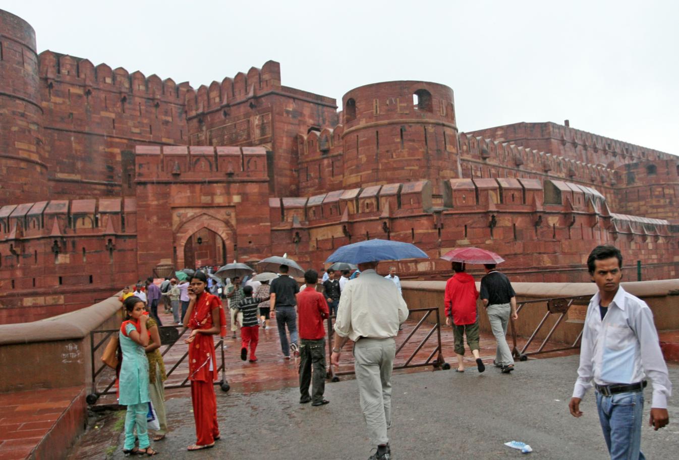 Agra Fort er det mest betydningsfulle fortet i India, og har huset Stormogulene Babur, Humayun, Akbar, Jehangir, Shah Jahan og Aurangzeb.