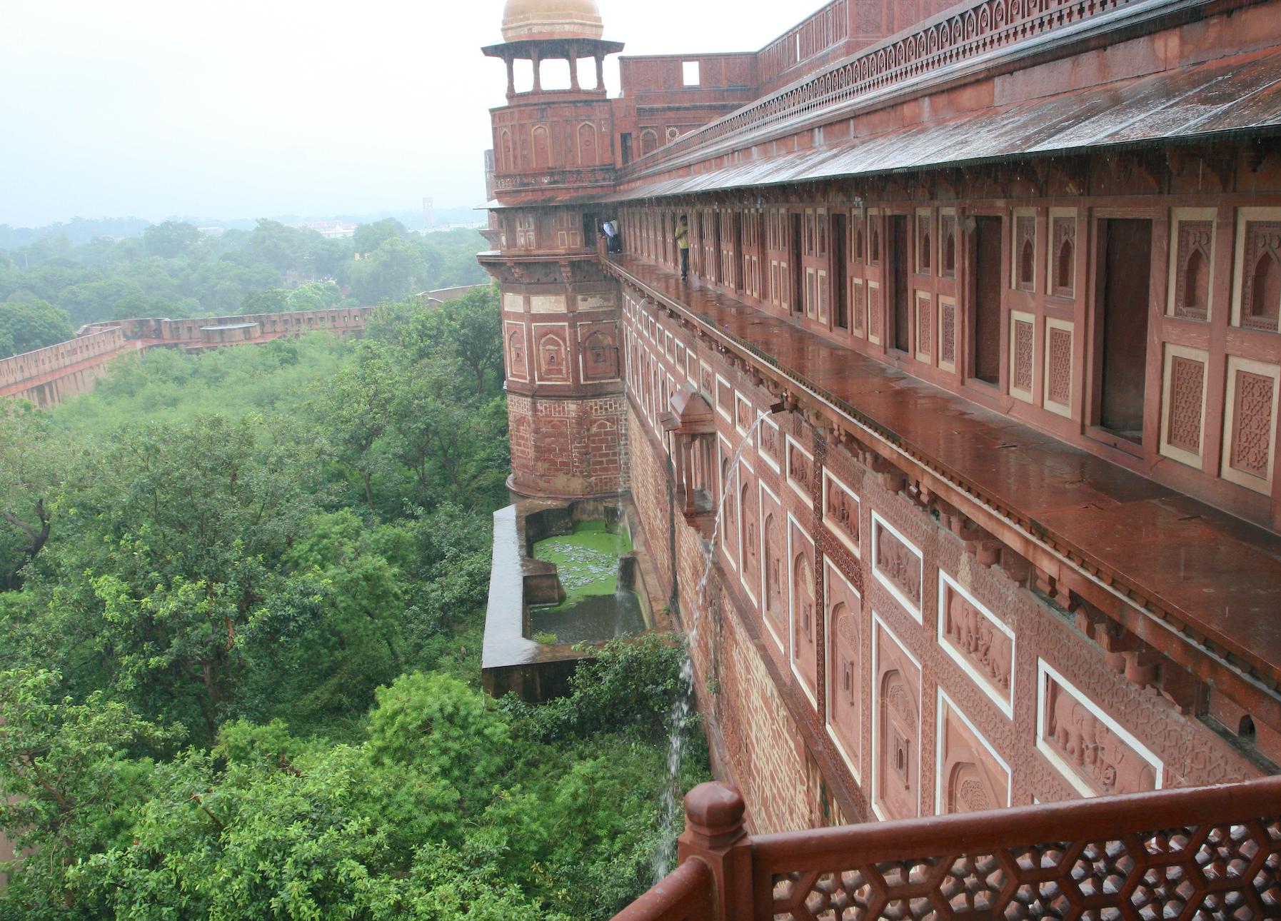 Agra Fort er 2,5 kilometer i omkrets og bygget i rød sandstein.