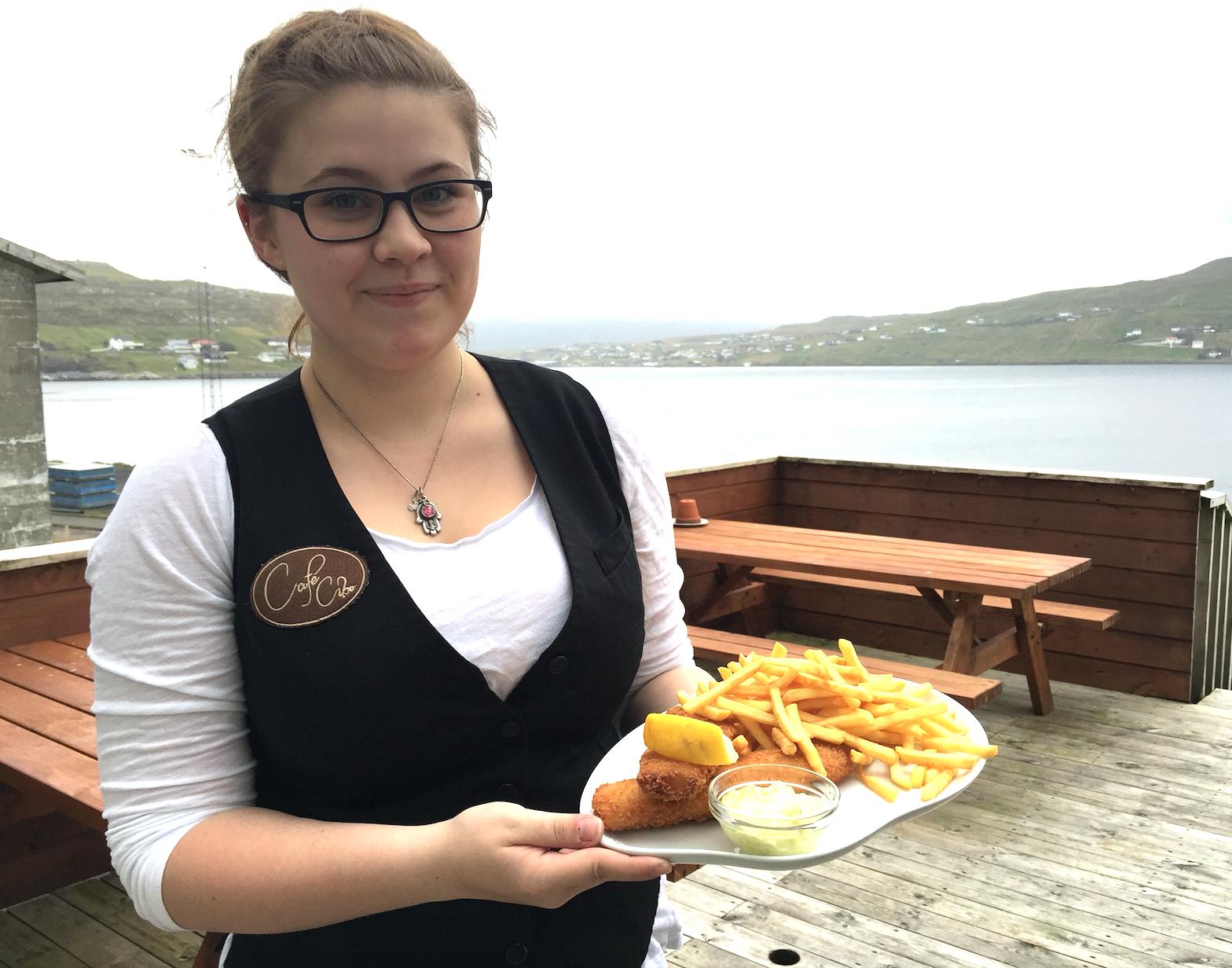 I Runavik, som er øyenes tredje største by, fikk vi sertvert fersk fish & chips på Cafe Cibo.