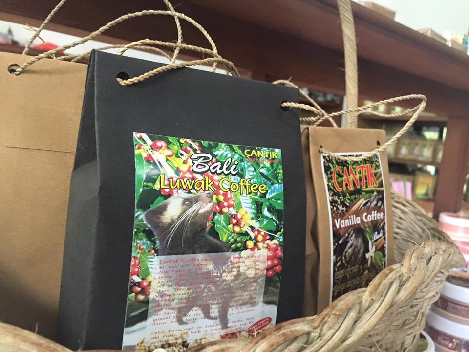 Luwak-kaffen selges i sort pakning, mens de andre pakkes i brunt papir. Vi betalte ca 250 kr for 100 gram.