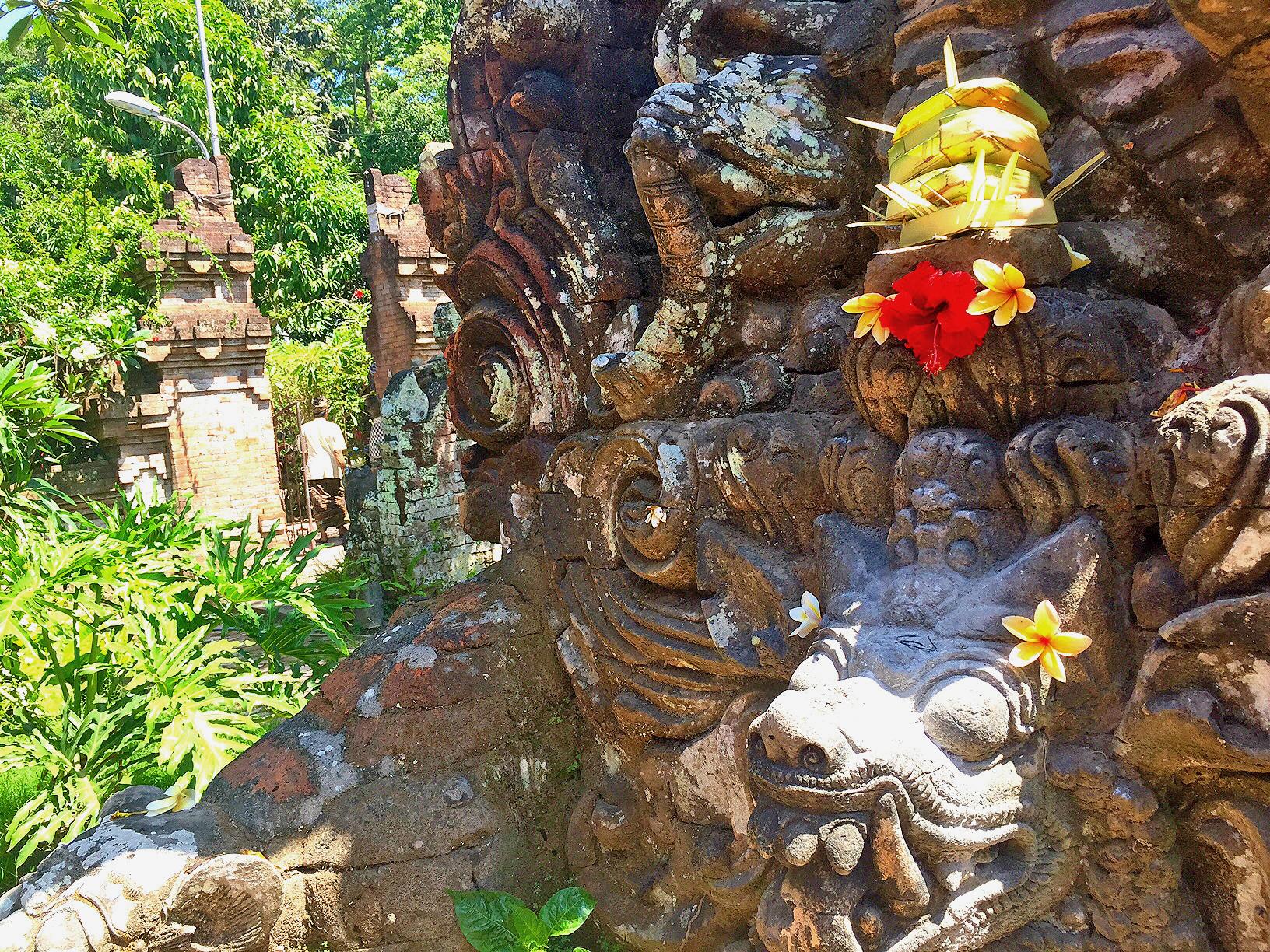 Offergaver i form av små kurver med blomster, krydder, røkelse mm legges på tempelet i hagen, i tillegg til andre steder.
