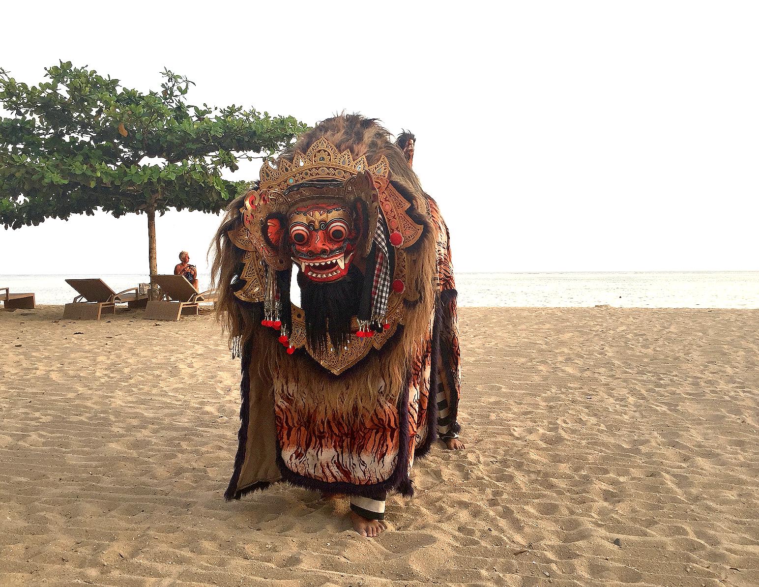 En ettermiddag dukket Barongen opp på stranden i Sanur.
