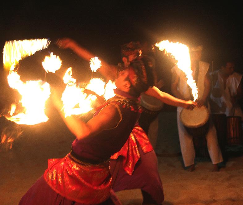 Det sies at ilddansere i trance ikke skades av flammene.