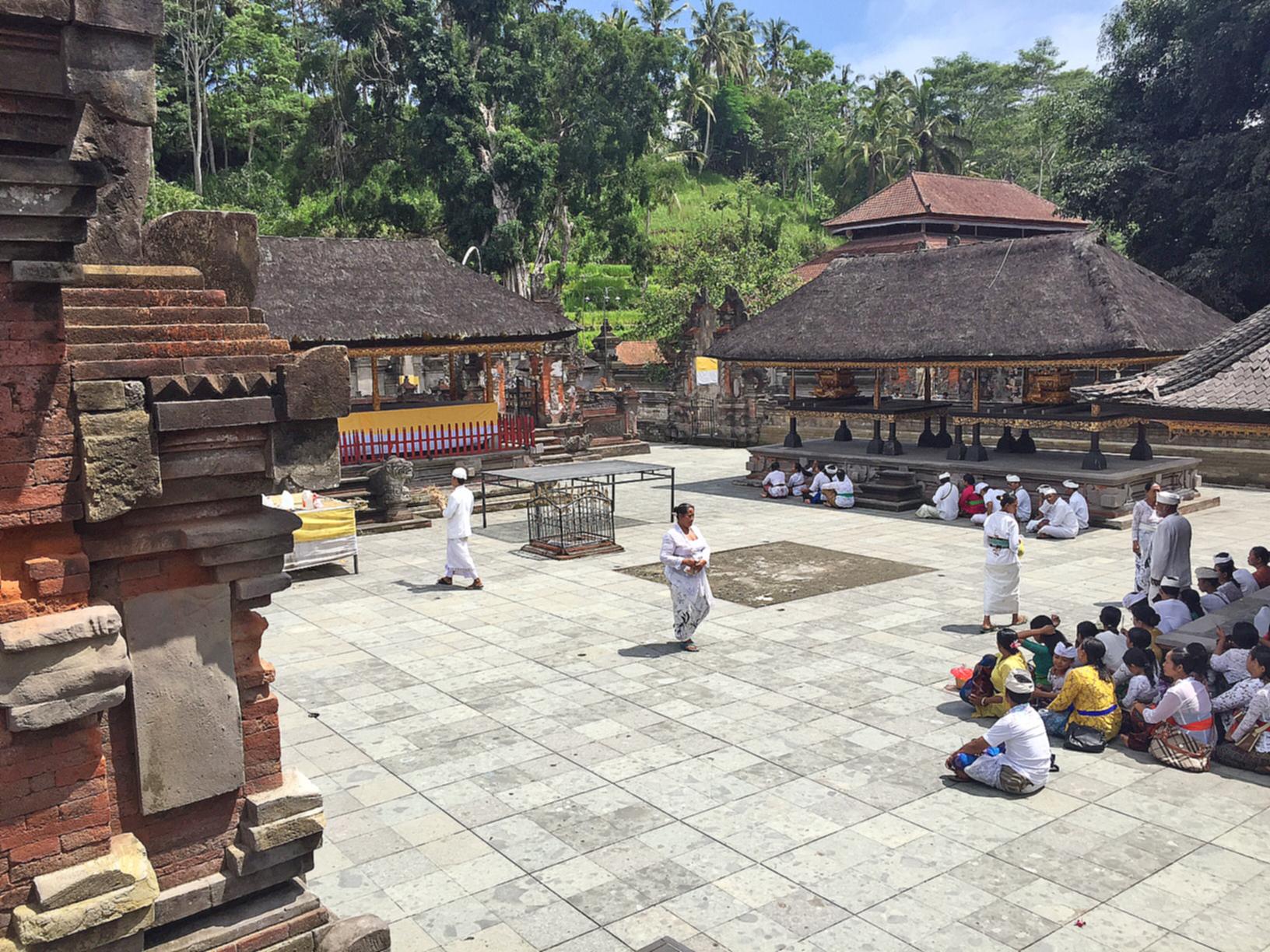 De indre områdene i templene er ofte forbeholdt bønn og offerritualer.