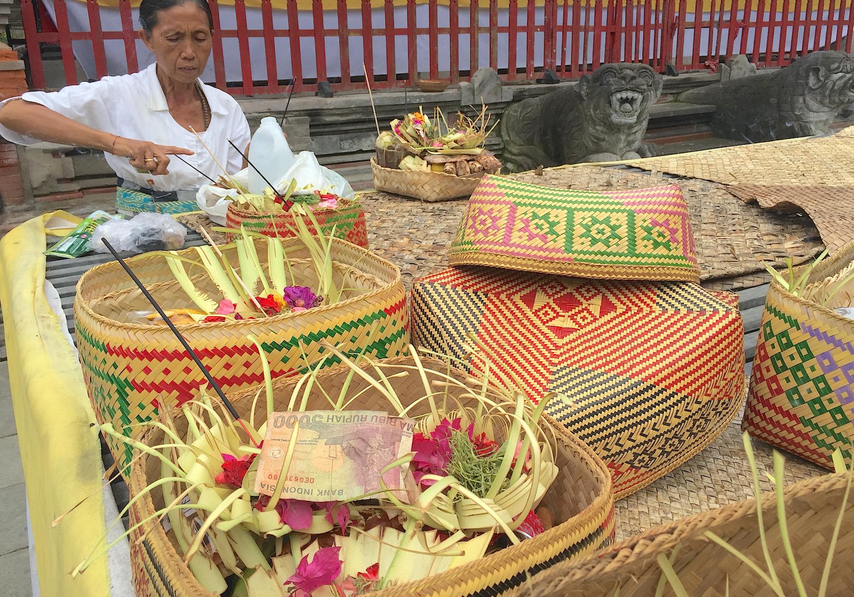 Canag Sari - offergaver til gudene lages i tempelet.
