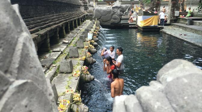 Bader seg friske i tempelbasseng