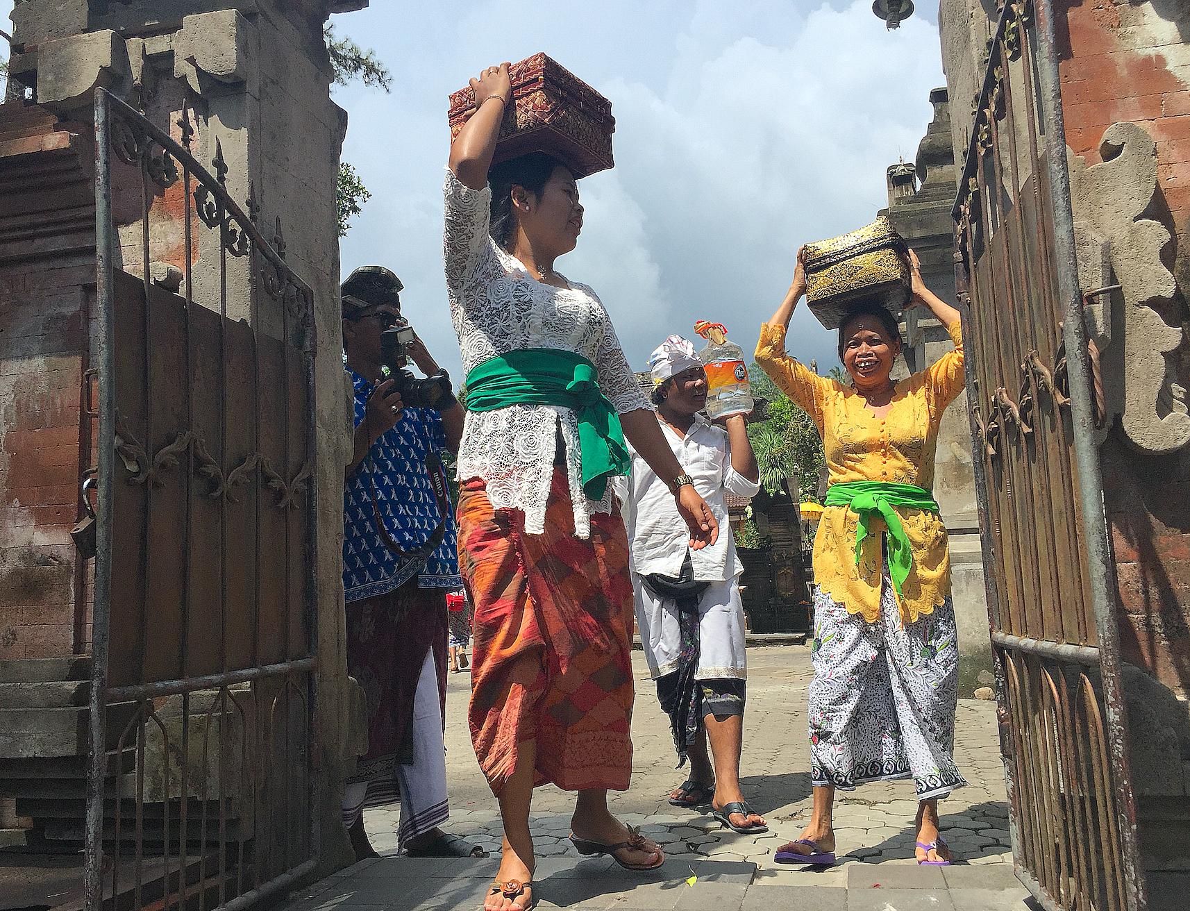 Pirgimmer og lokale kommer til tempelet med Canag sari offergaver.