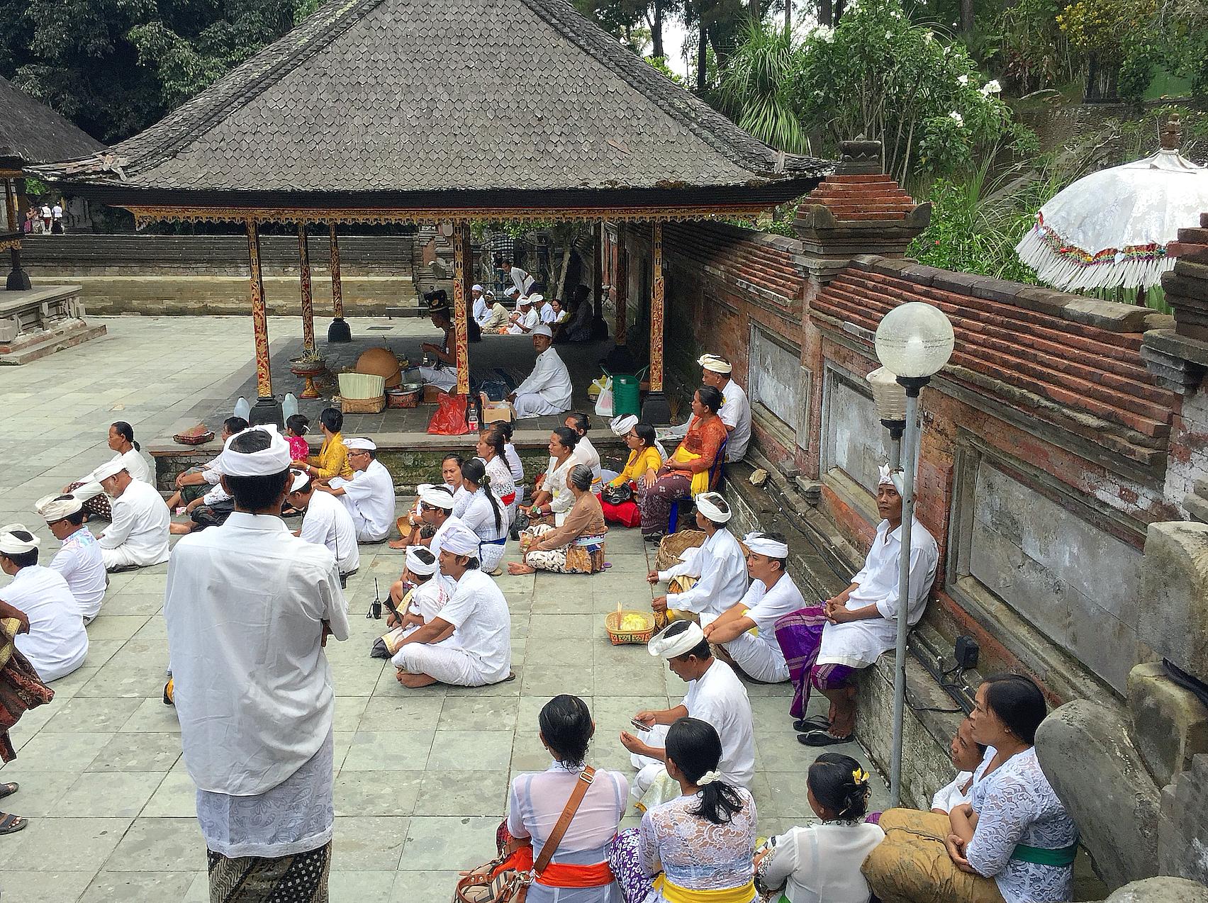 Hinduer i Tirta Empul.