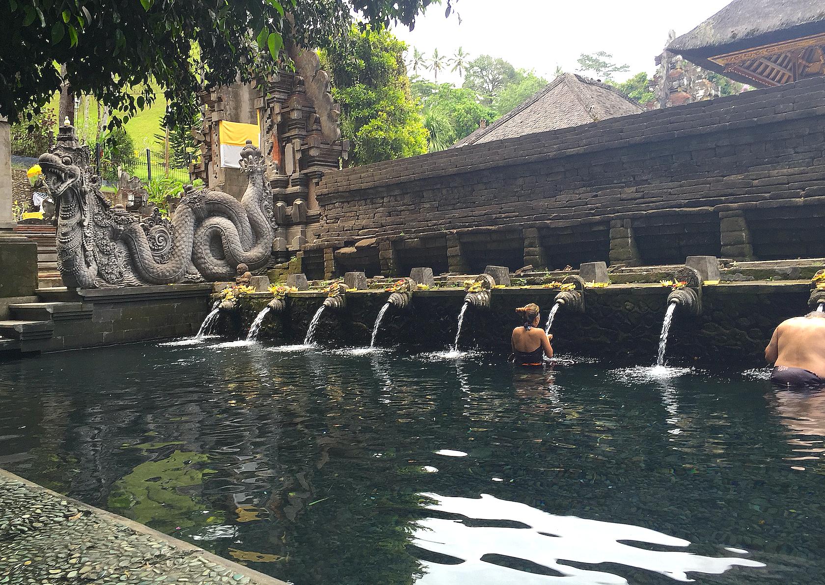 Vannet fra kilden overnfor bassenget har helbredende kraft, ifølge mytene.