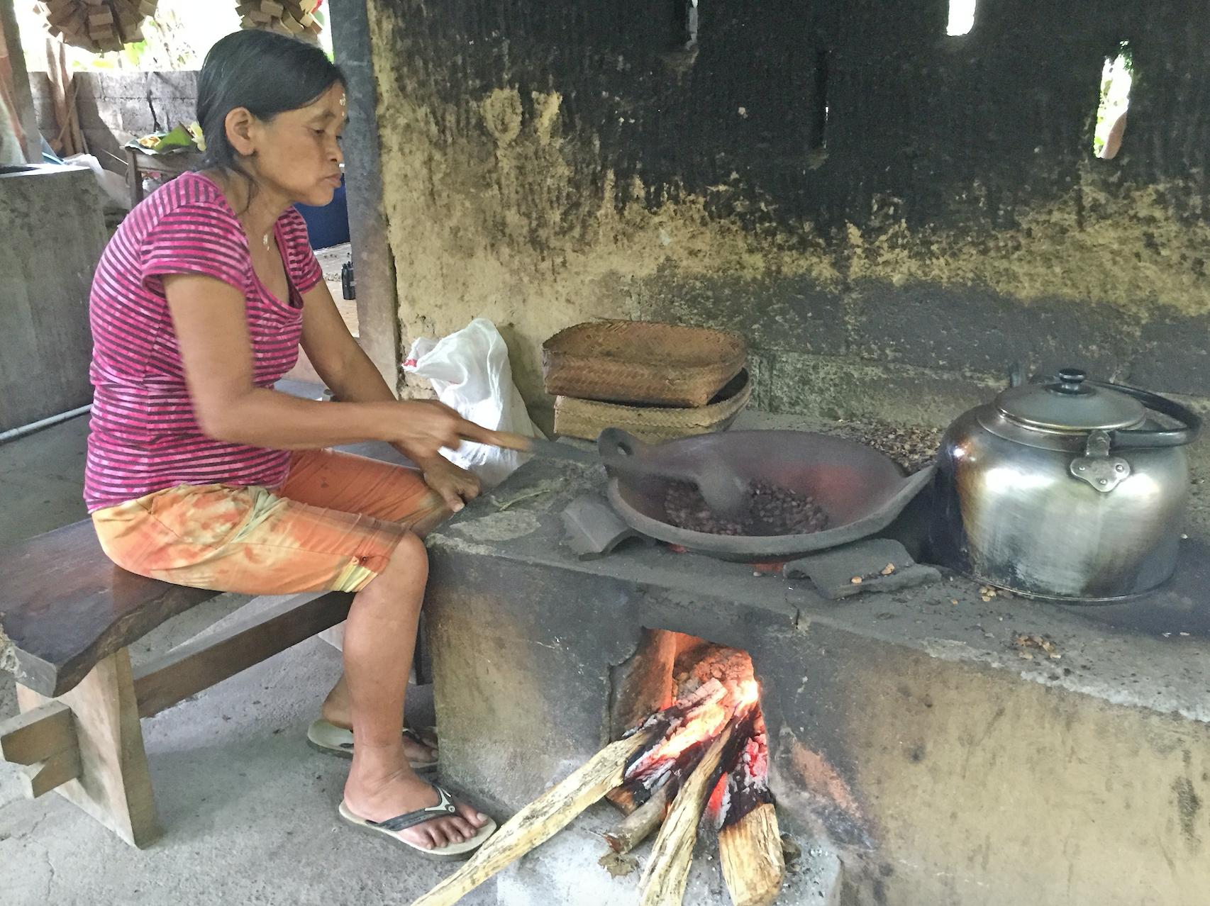 Kaffebønnene brennes, før de knuses/kvernes manuelt