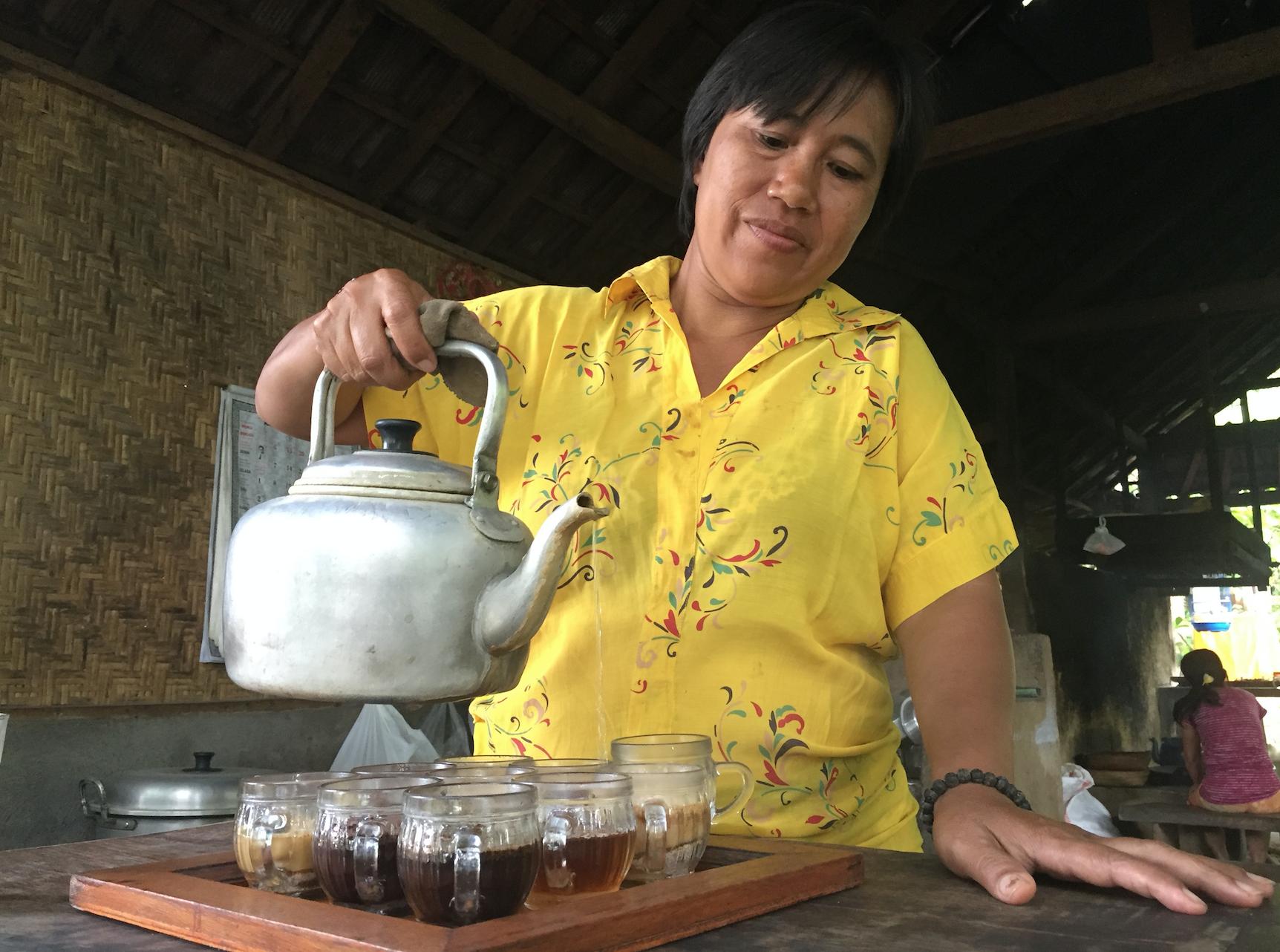Ni sorter egenprodusert kaffe, te og kakao skjenkes til prøvesmaking.