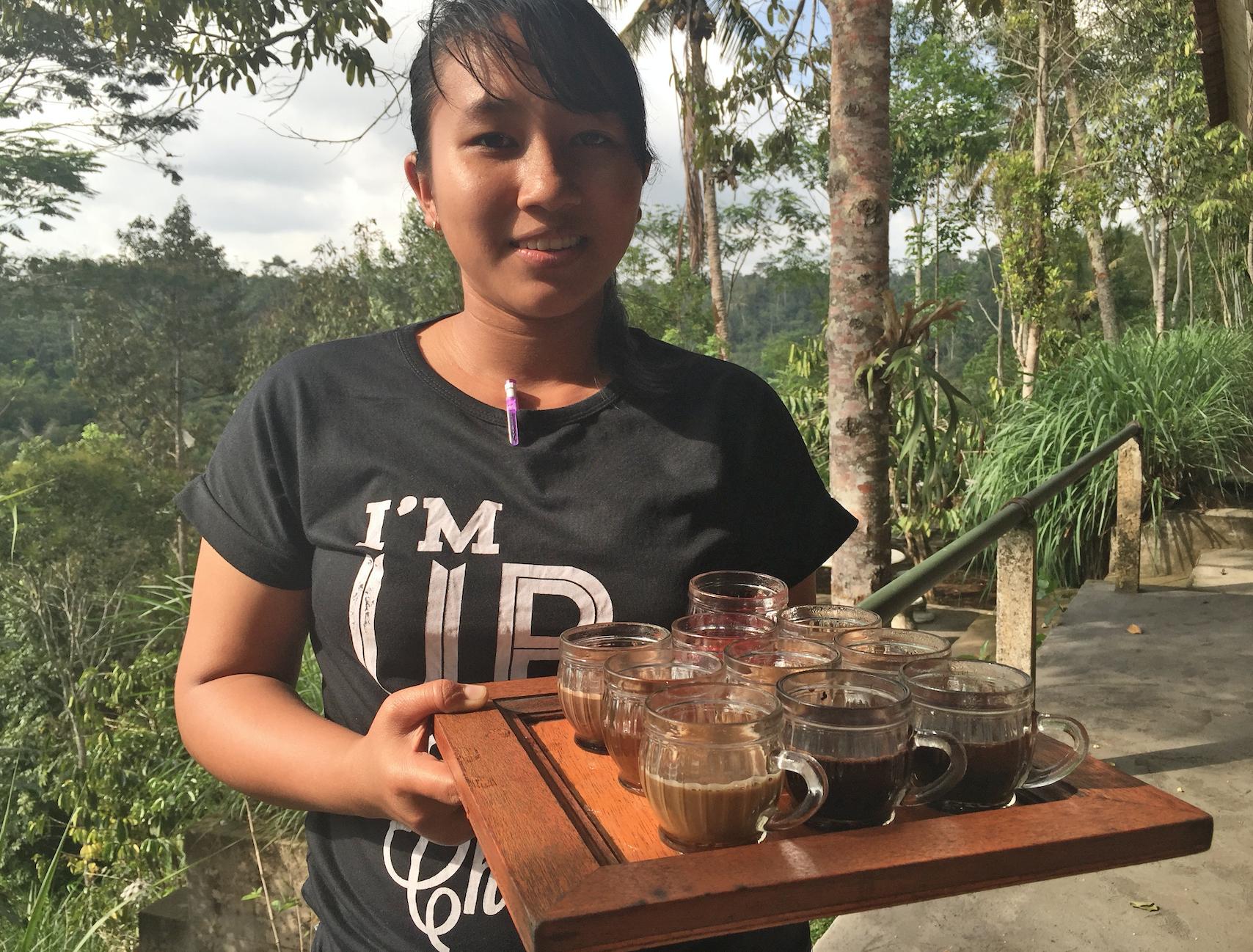 Julia serverer kaffe, te og kakao med forskjellig smak.