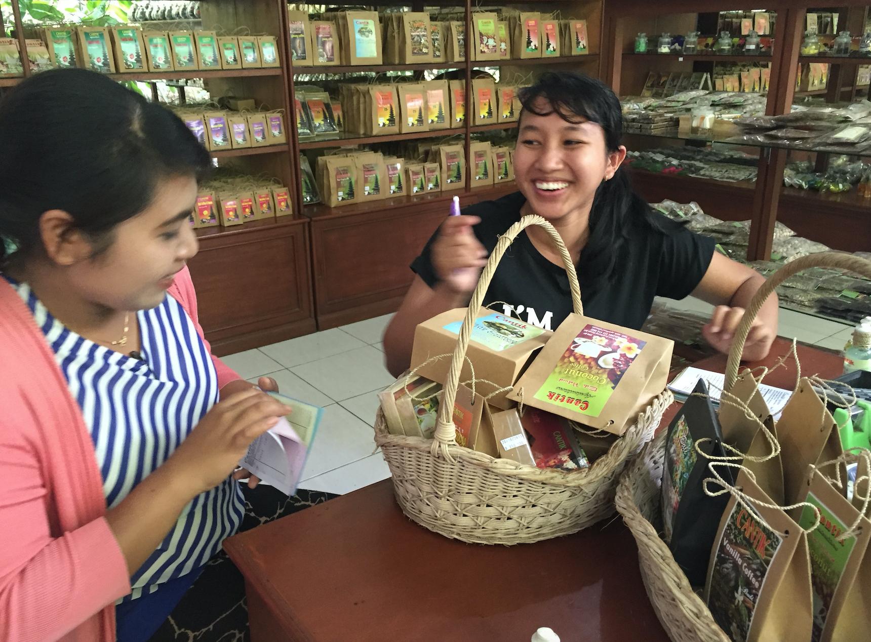 Bærs eller ikke bæsj; det ble stprhandel av kaffe og te og kremer på Cantik Agriculture. Her har julia tilkalt moren for å kontrollere regningen.