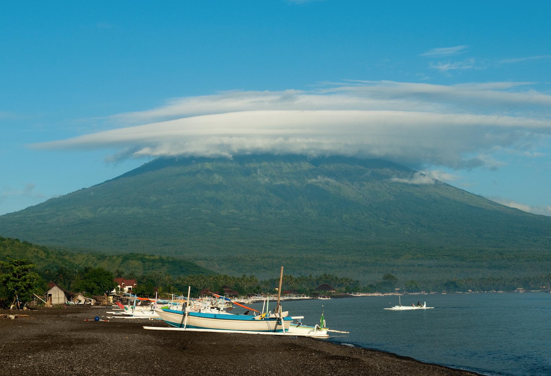 Nordsiden av Bali har sorte lavastrender. Mt Agung på 3031 moh i bakgrunnen. Foto: Jesse Wagstaff.