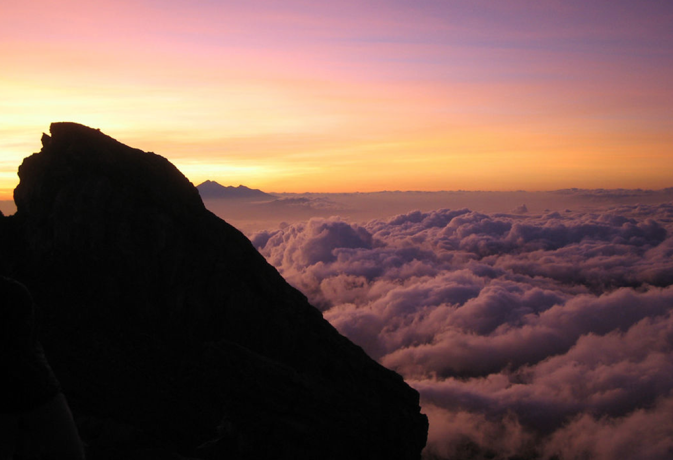 Mt Agung 3031 m med Mt Rinjani i bakgrunnen.@ Mrllmrll at English Wikipedia