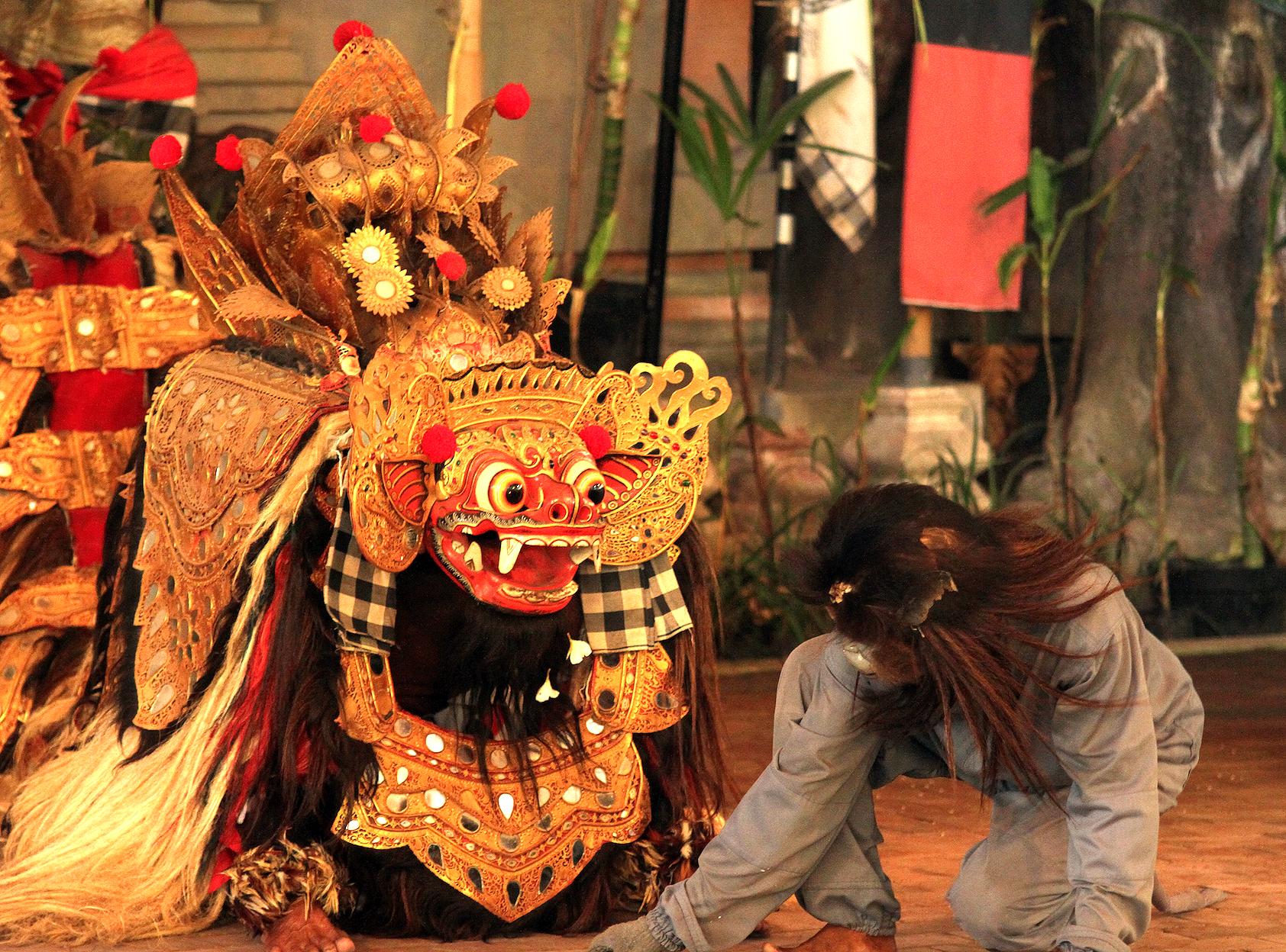I Denpasar overvar vi et timelangt show med hvordan den gode Barongen bekjempet den onde Rangda.