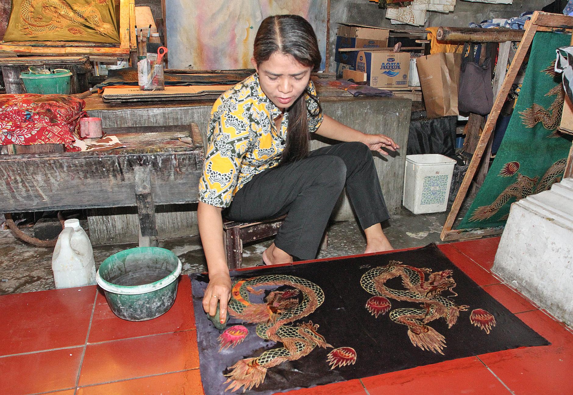 Voksen legges på tekstilene for å hindre farging på utvalgte områder og vaskes av etterpå.