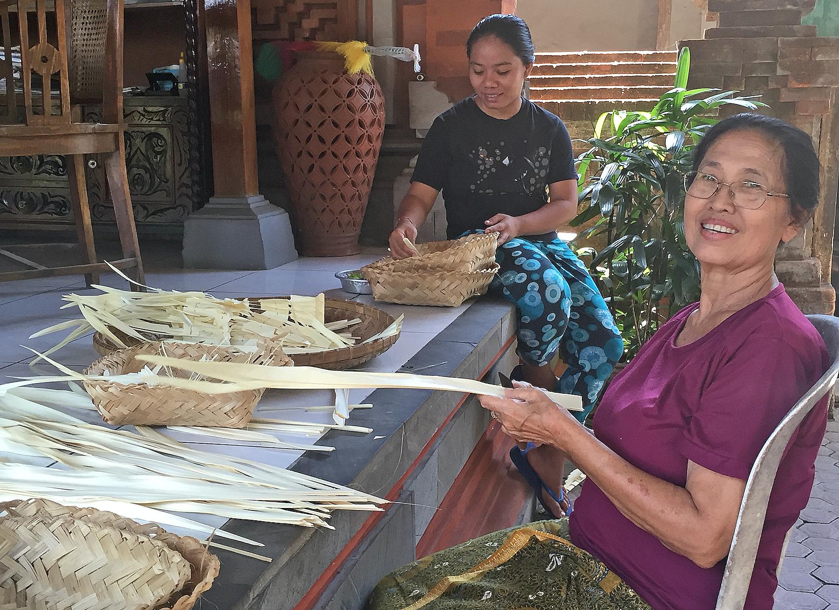 Balinesere bruker mye av tiden på å lage de små kurvene som brukes til offergaver.