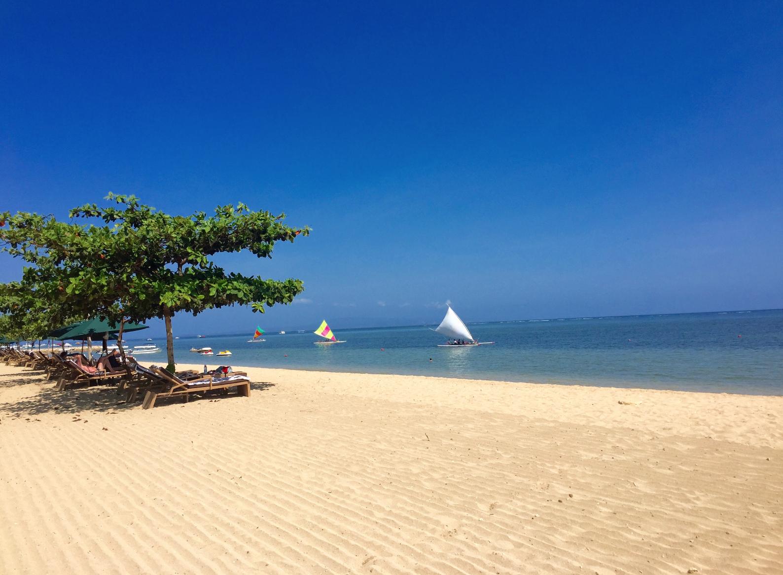 Sanur beach ligger på sørsiden og er velsignet med hvit, myk sand.