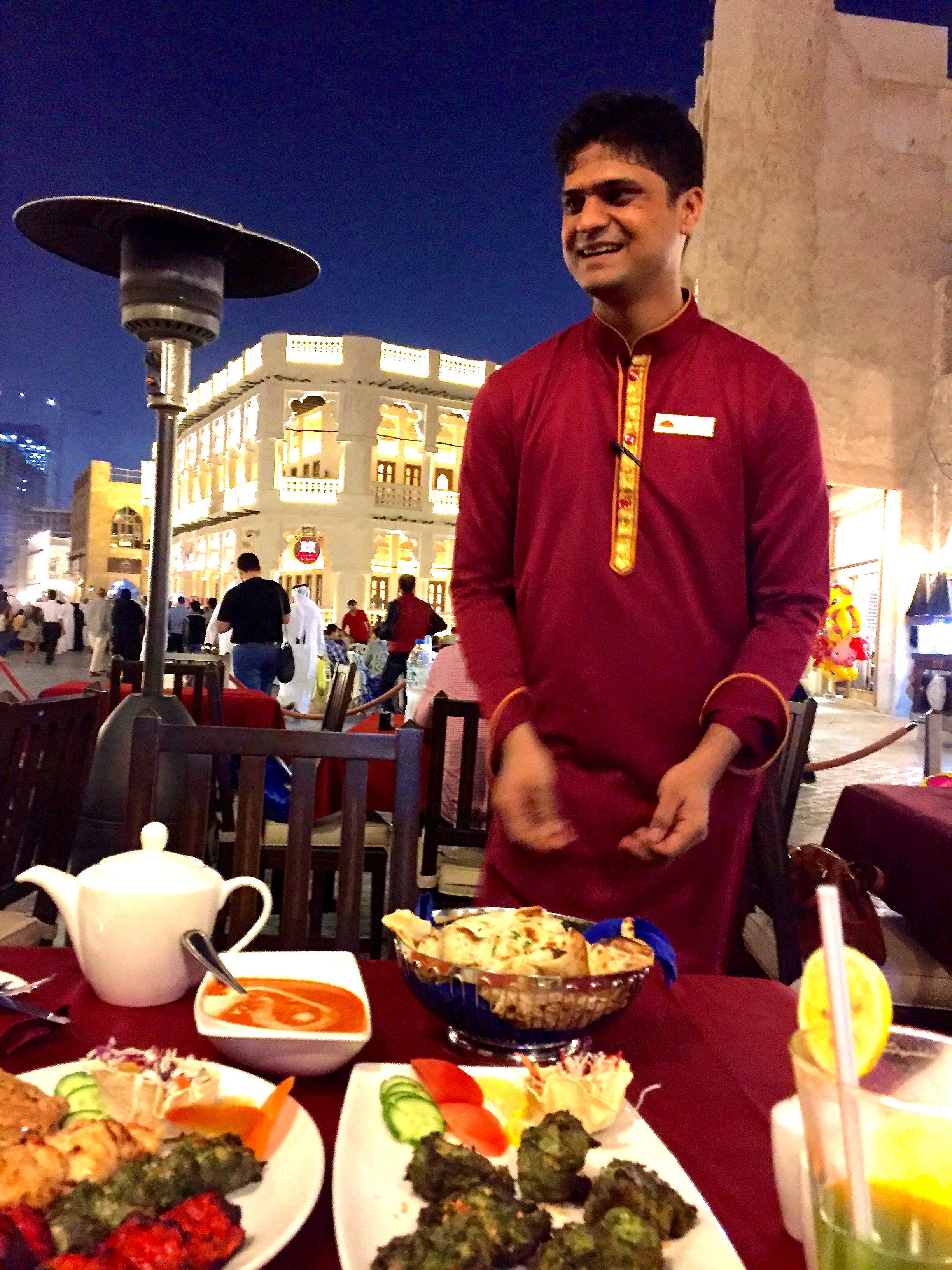 Deilig utendørs middag på Royal Tandoor restaurent , midt i Souk Waqif.