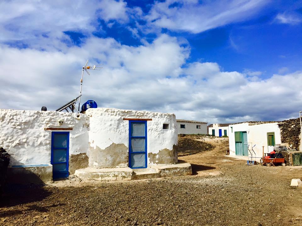 Det nærmeste man kommer en landsby på øya er disse husklyngene.