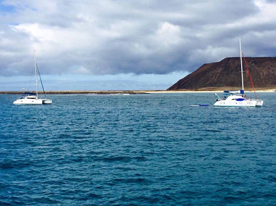 Seilbåtene ankrer opp på svai med dagsturister fra Fuerteventura.