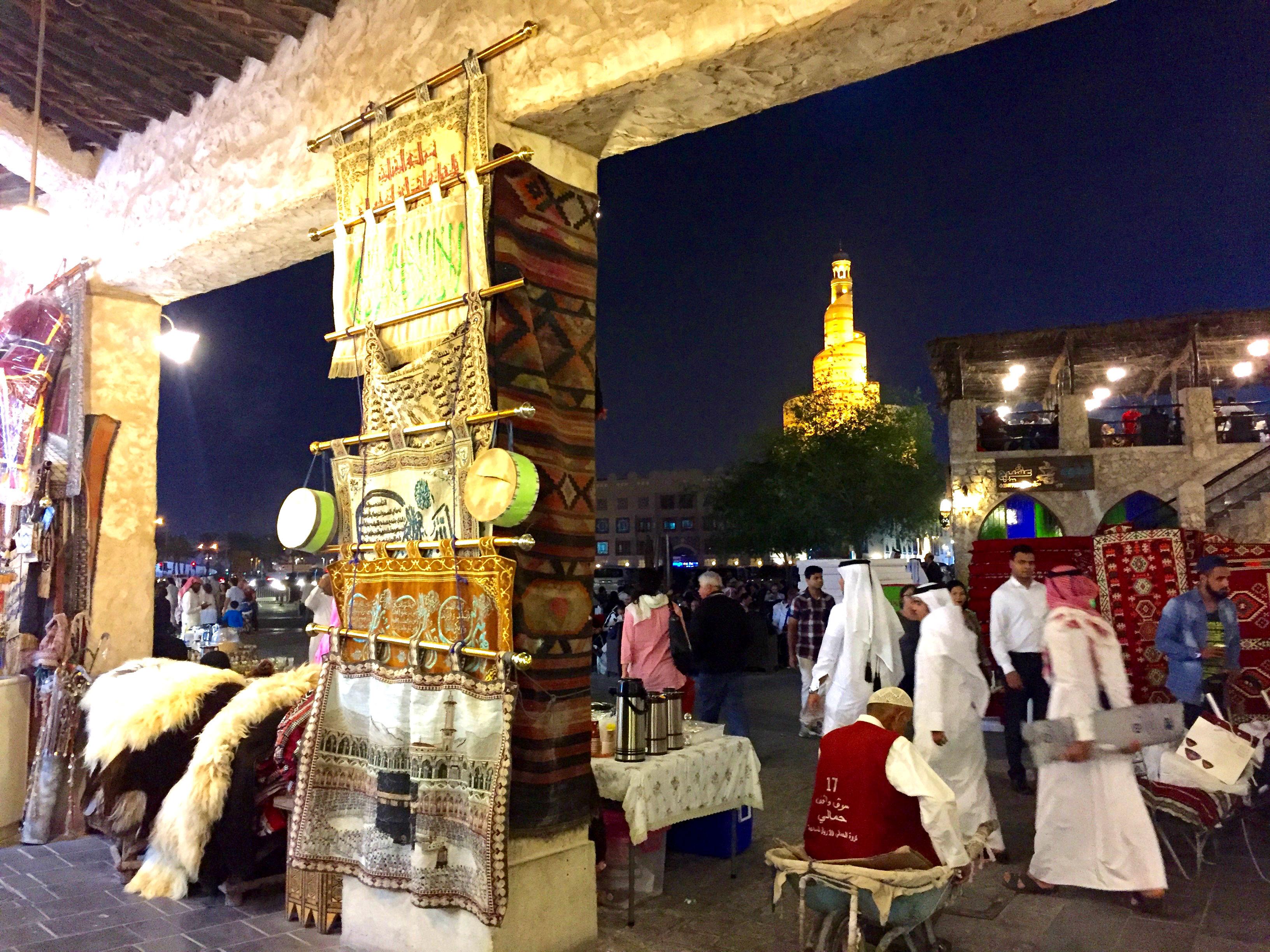 Souk Waqif, med det kremerhuslignende islamske kultursenteret i bakgrunnen.