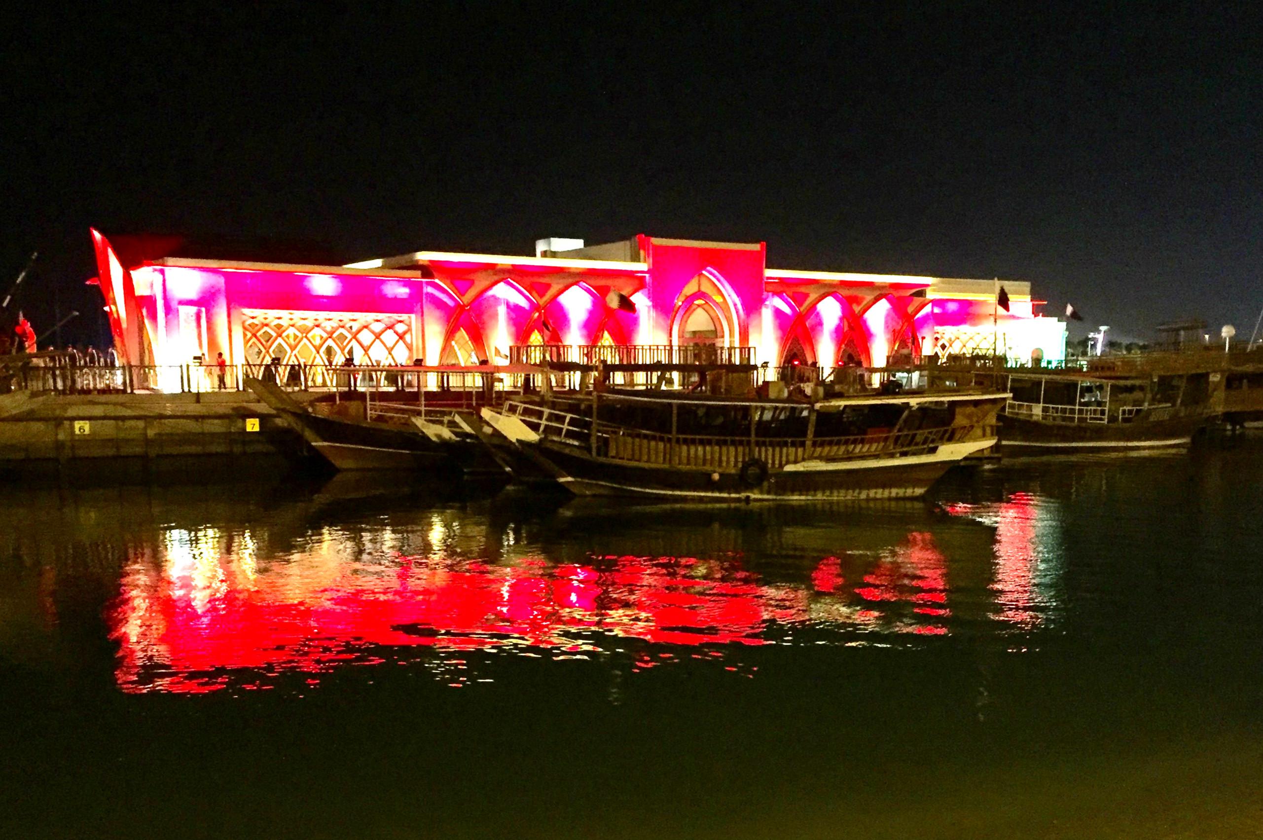 Restaurant ved havnepromenaden Corniche.