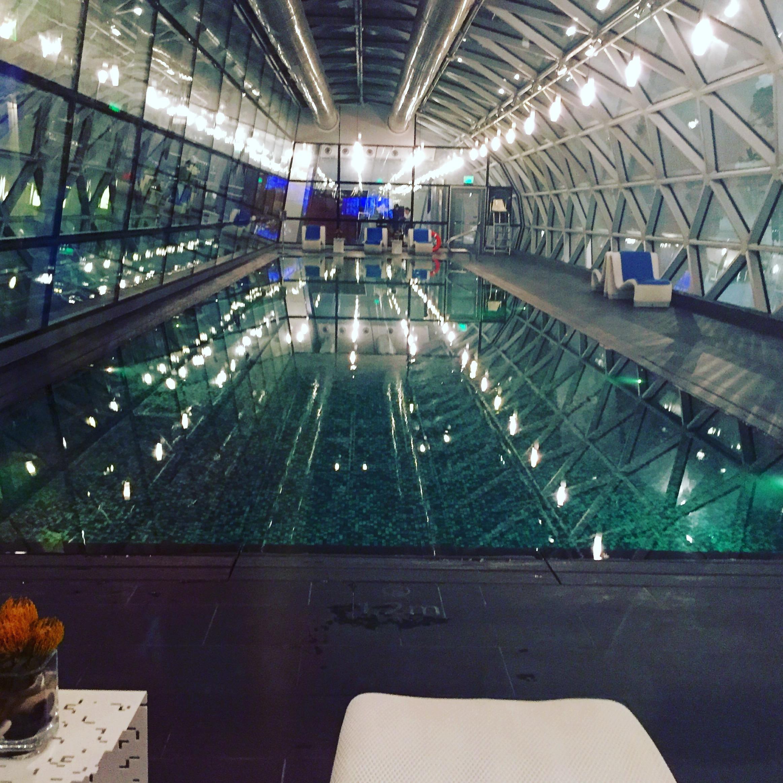 Flyplass med 25 meter basseng. Tommel opp!