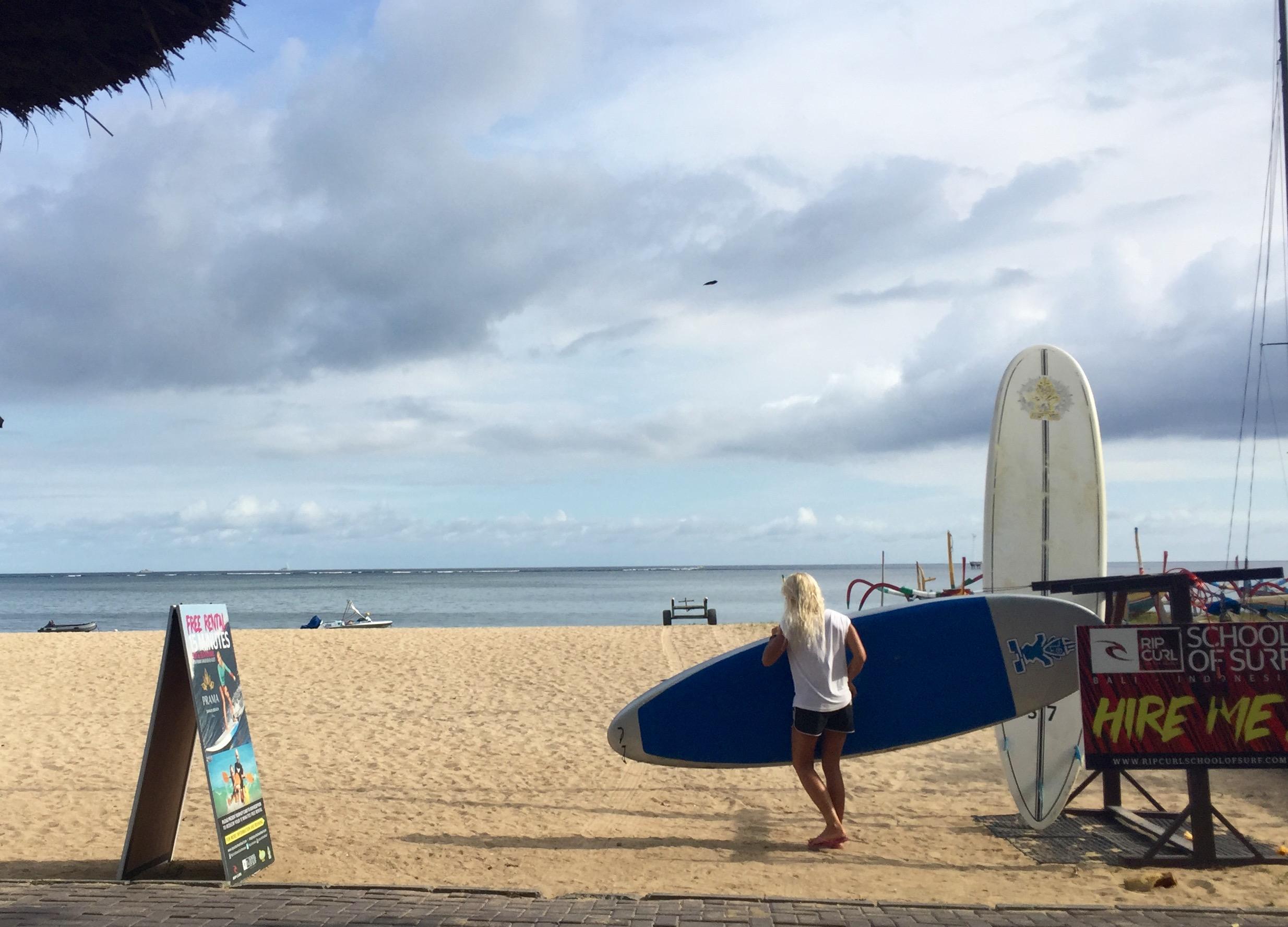 Blir du lei av å ligge på stranden kan du leie surfebrett på Rop Curl-standen.