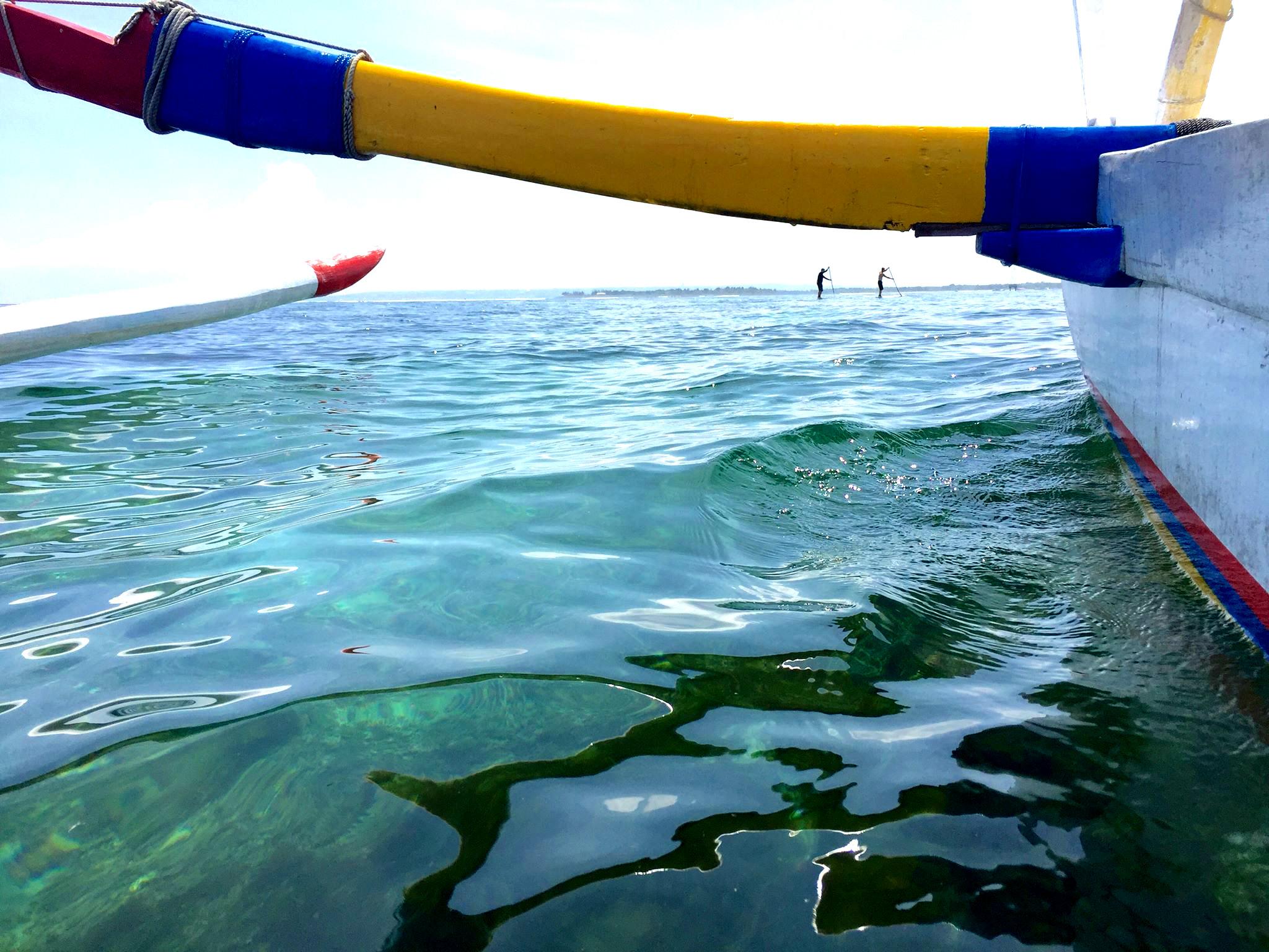 Seiling med tradisjonell jujunk utriggerkano er en fin måte å oppleve lagunen på. Kanskje møter du noen som er ute og padler SUP-brett.