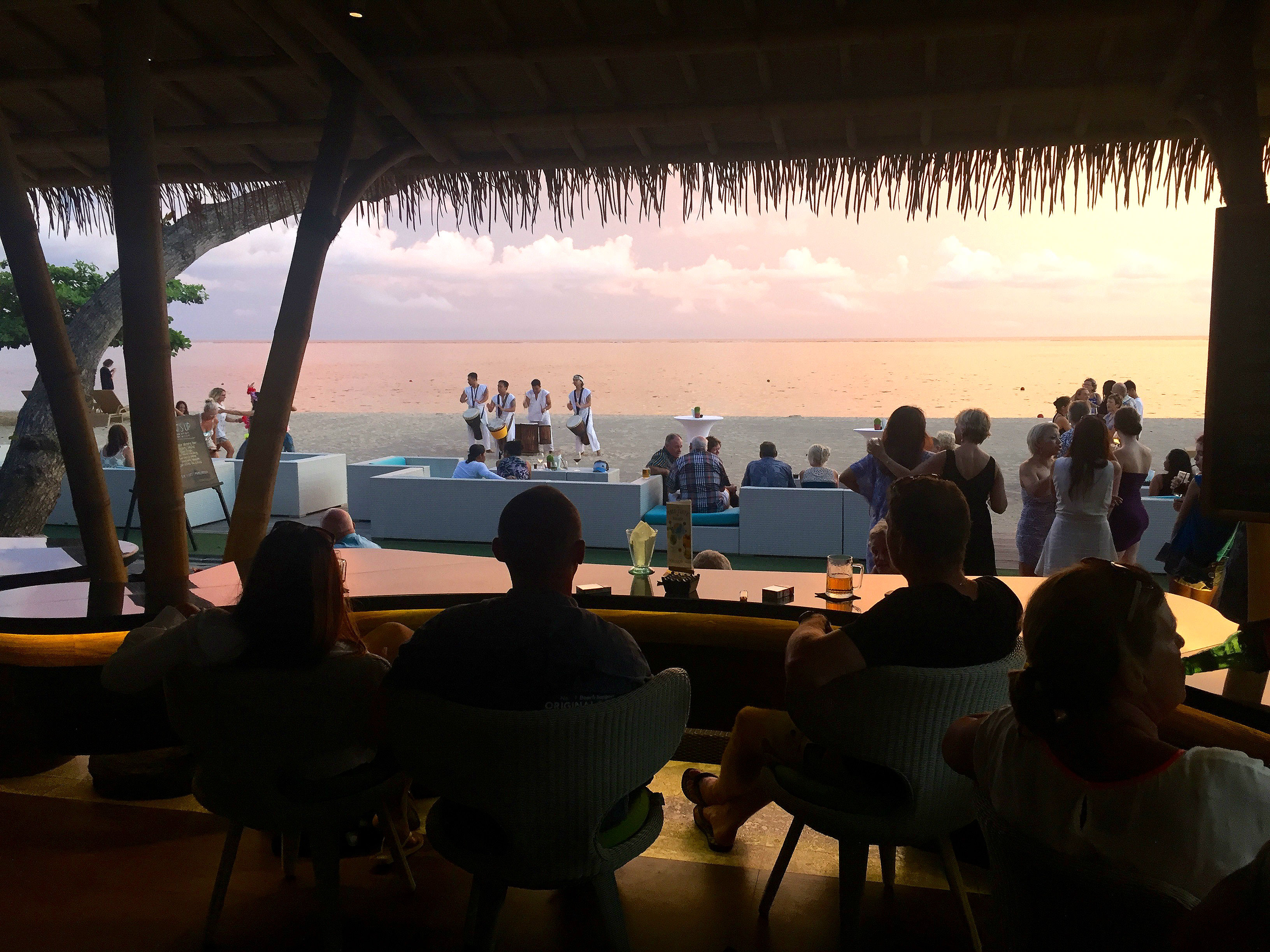 Bamboo bar tilhører hotellet, med samler folk fra hele området til happy hour og ofte underholdning i timen før solnedgangen.