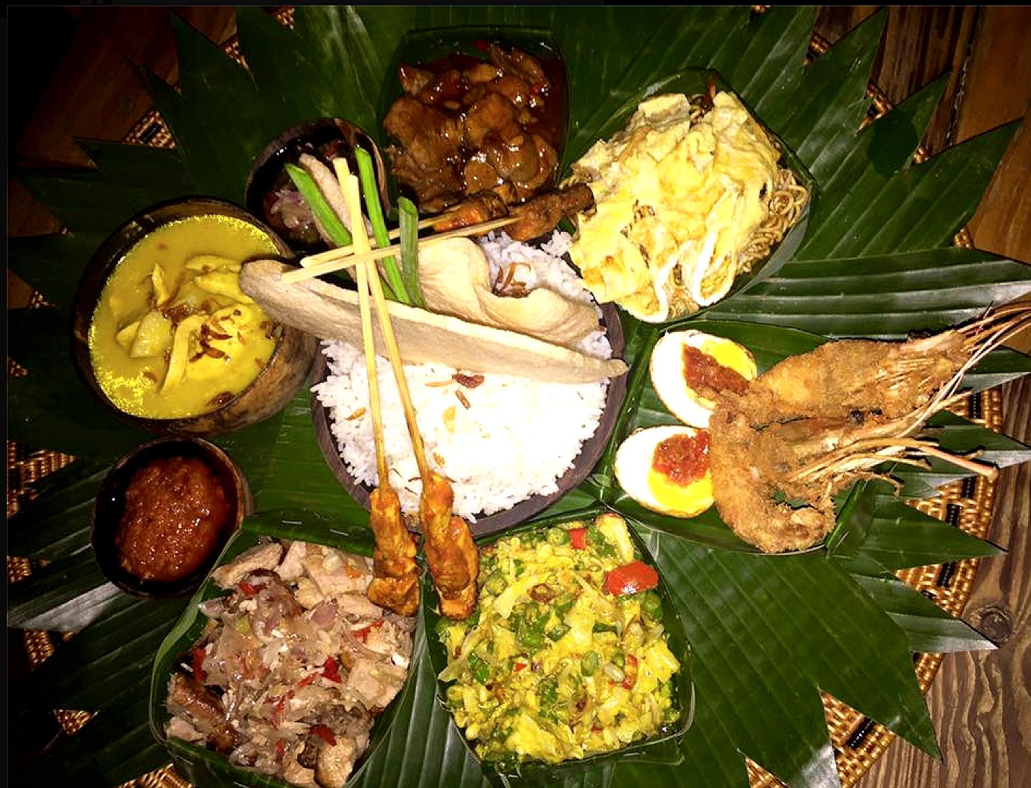 Å gå ut psie er en opplevels. Her en kombi skalldyr- og kjøttrett servert på bananblader.