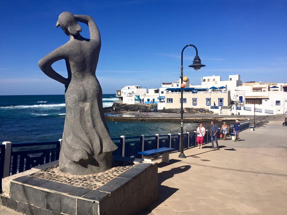 Rullesteinpromenaden med kvinnestatuen som skuer håpefullt utover Atlanteren.